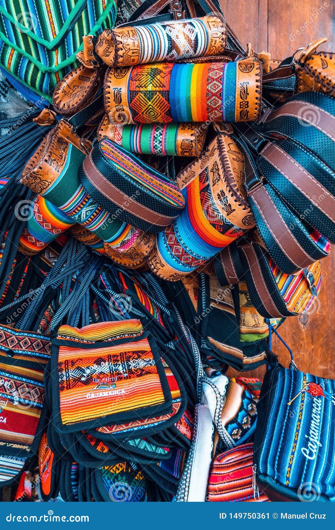 Cajamarquina wykonuje ręcznie torebek kiesy