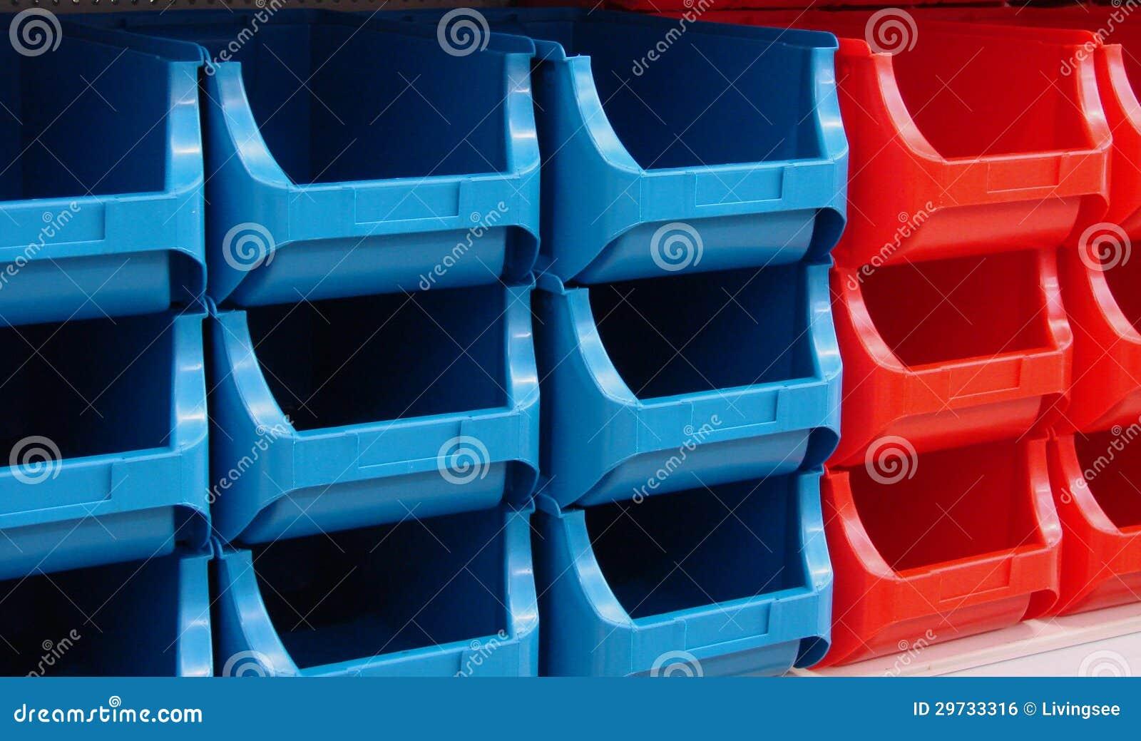 Pila tienda caja pl stico imagen de archivo libre de - Cajas apilables de plastico ...