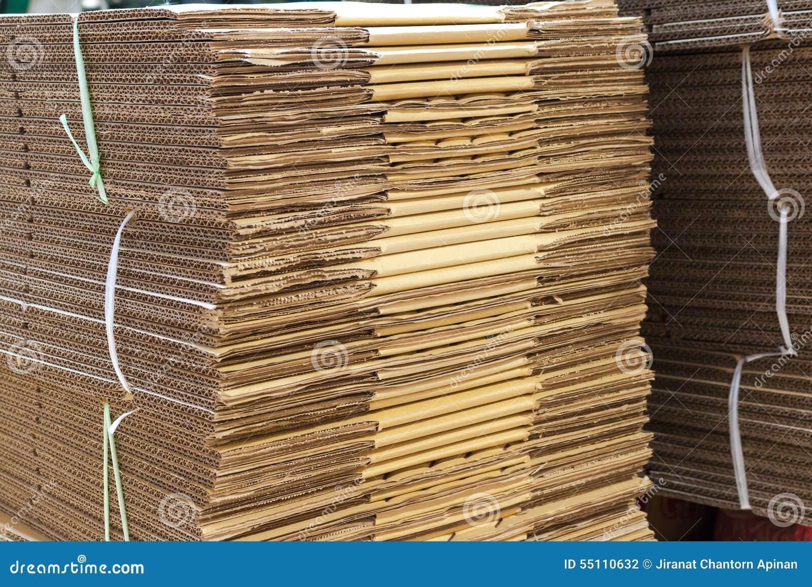 Cajas de cart n acanalado marrones apiladas foto de for Cajas carton almacenaje