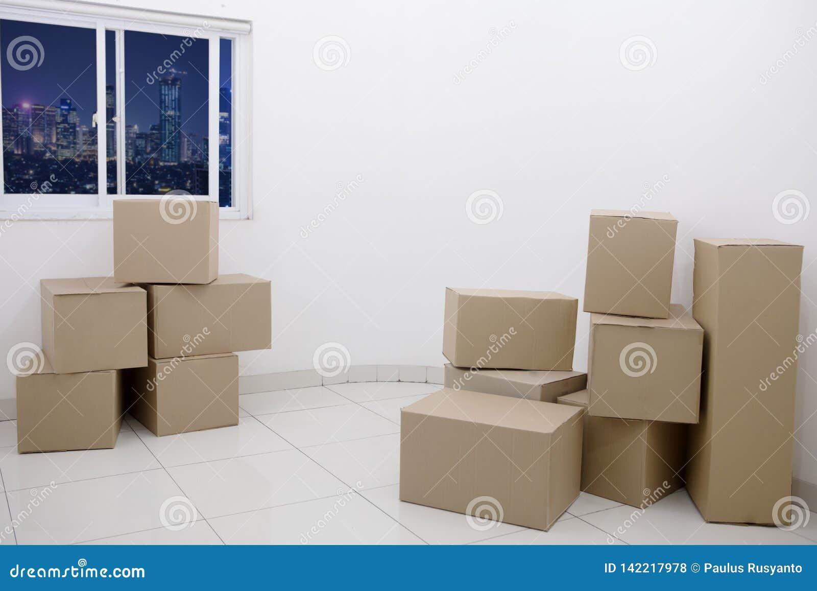 Cajas de cartón en un nuevo apartamento