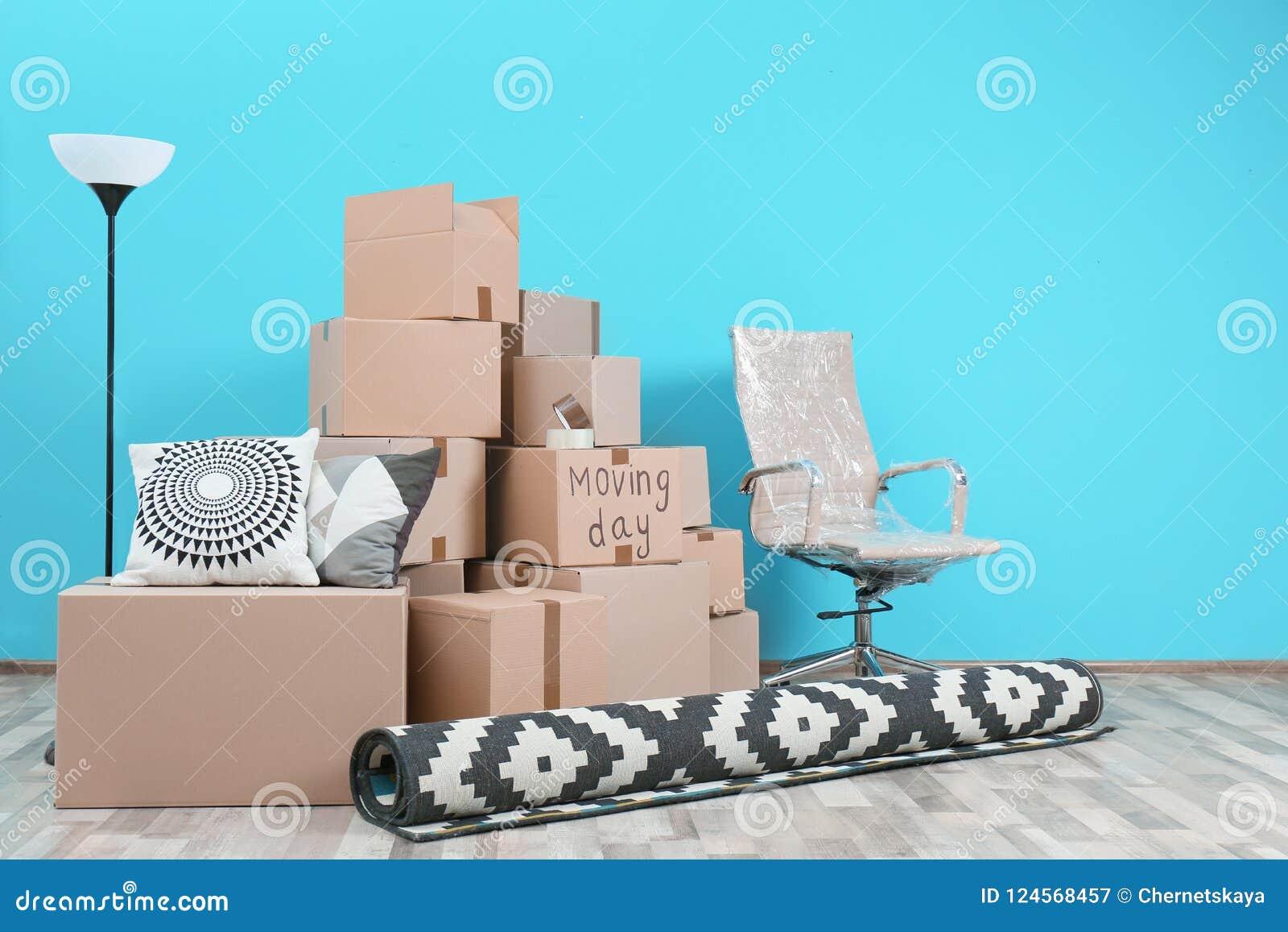 Cajas de cartón y materia de hogar en sitio vacío