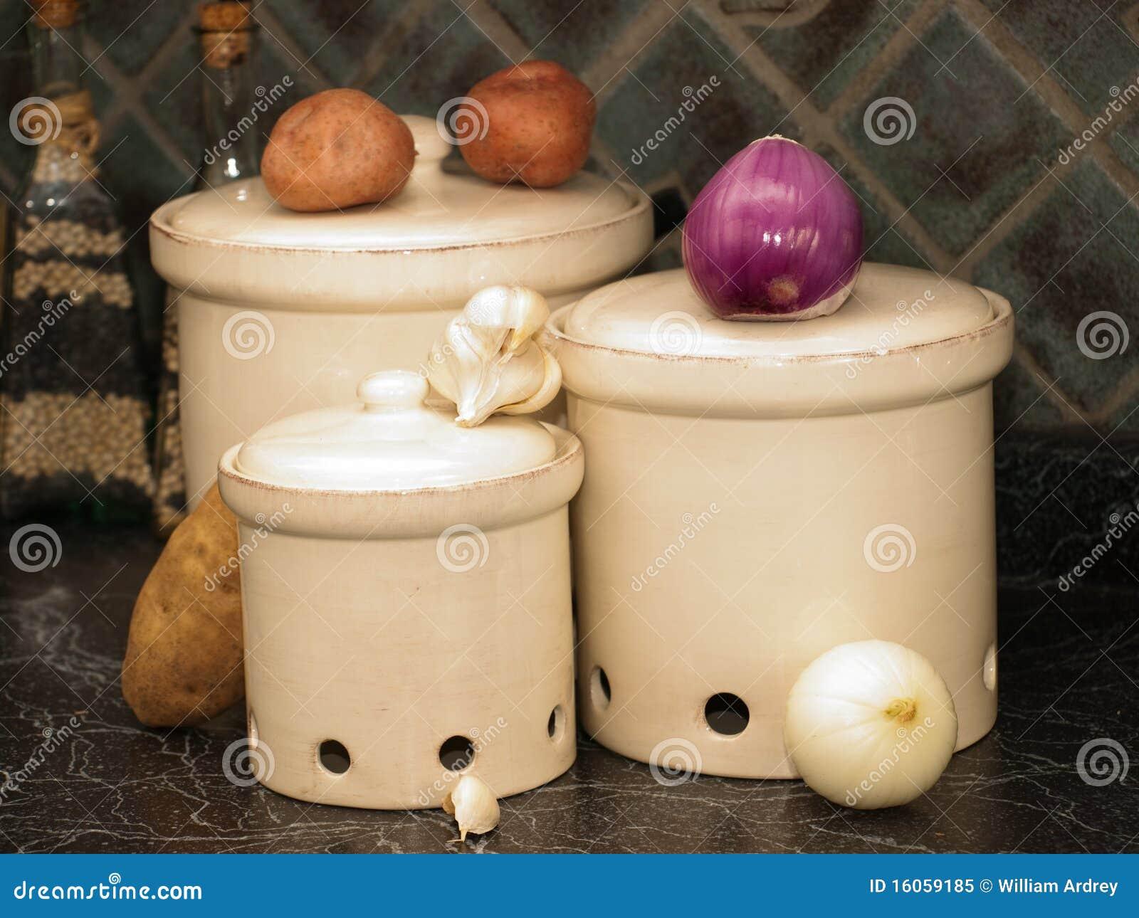 Cajas de la cocina para las patatas las cebollas y el - Cajas para cocina ...