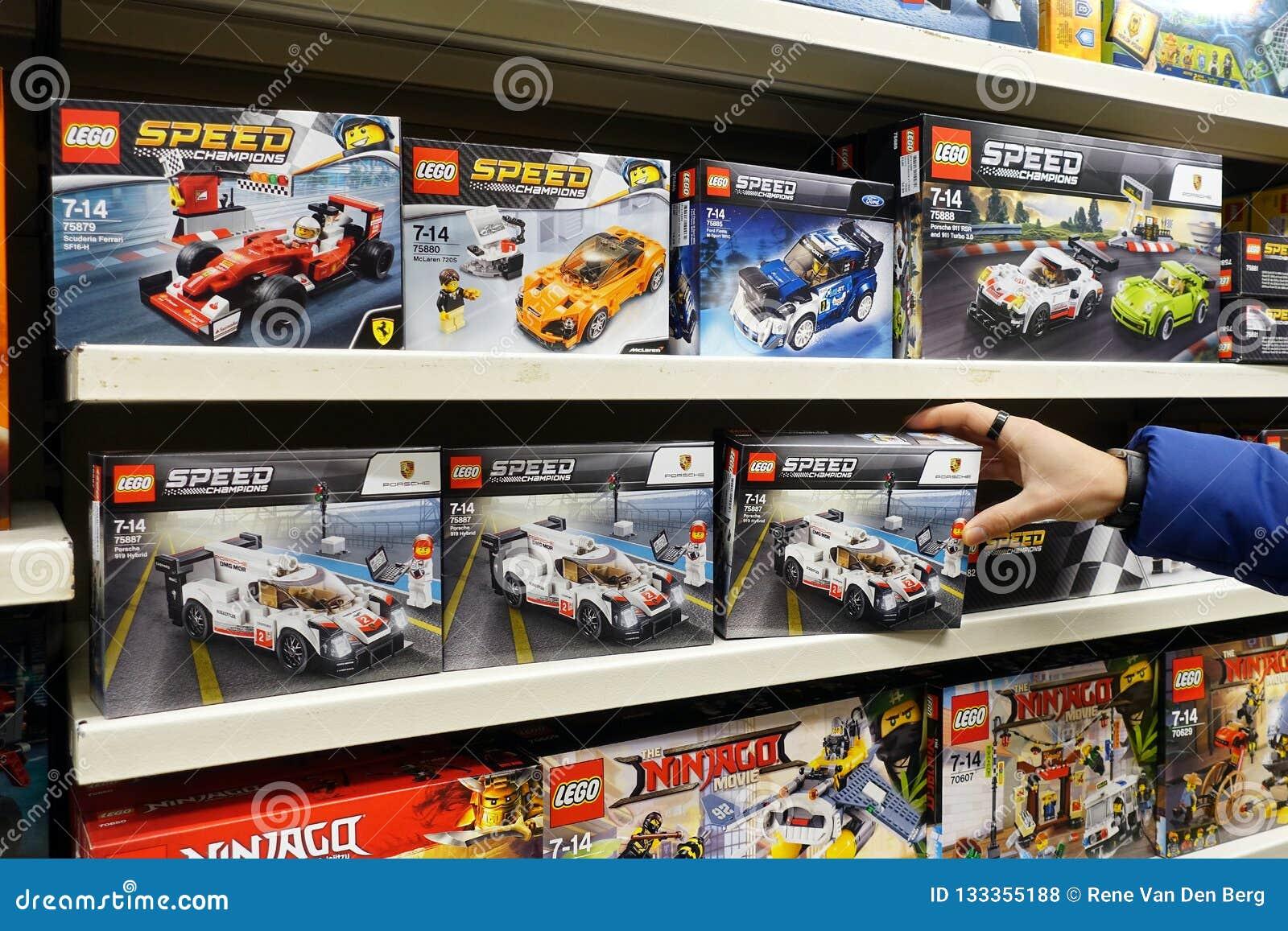 De Velocidad Foto Archivo Lego Una Juguetería La En Cajas IeEDH29YW