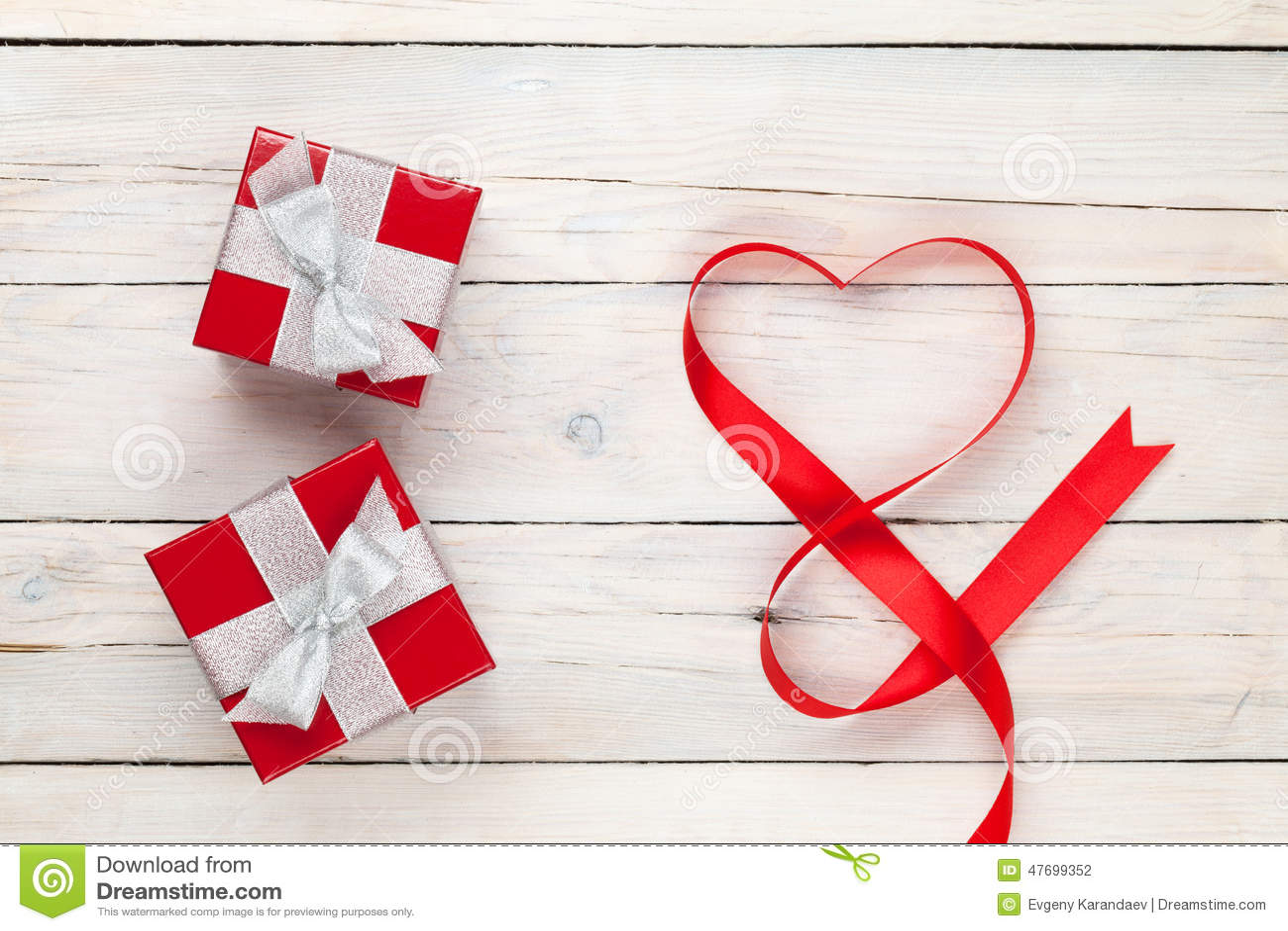 Cajas en forma de corazón de la cinta y de regalo del día de tarjetas del día de San Valentín