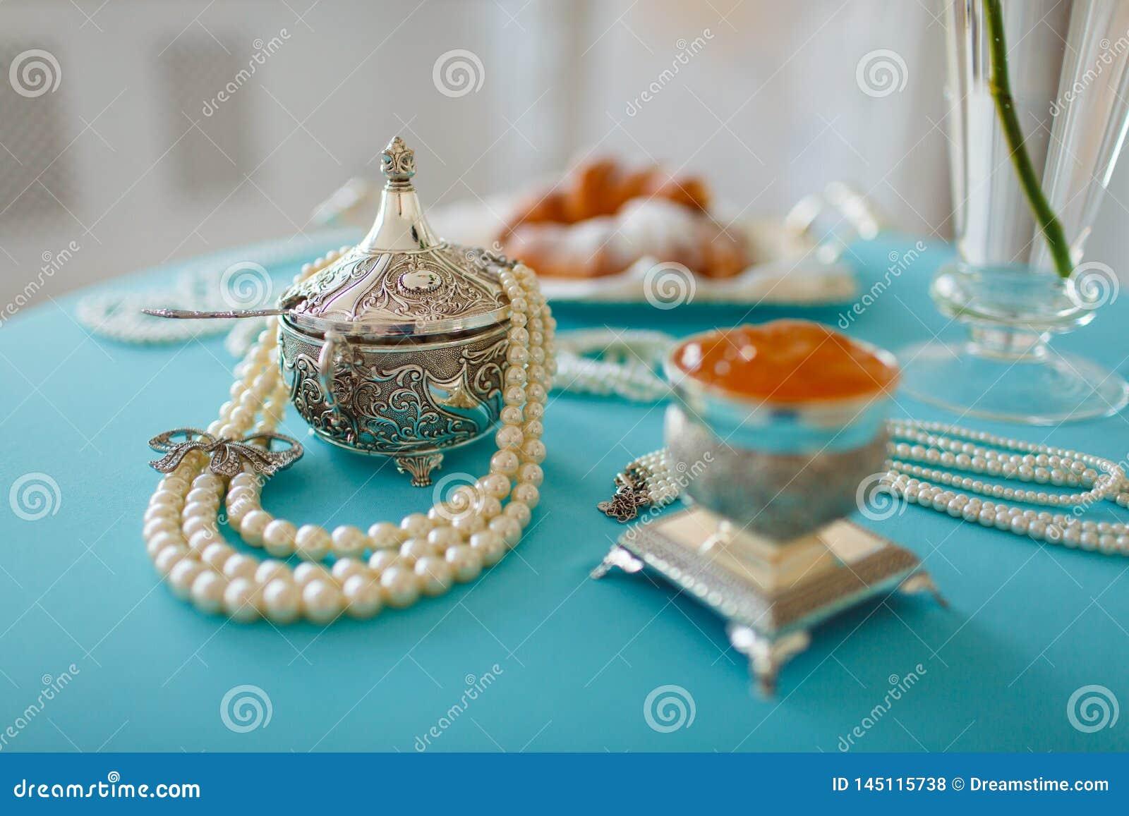 Cajas y gotas de plata de la perla en la tabla