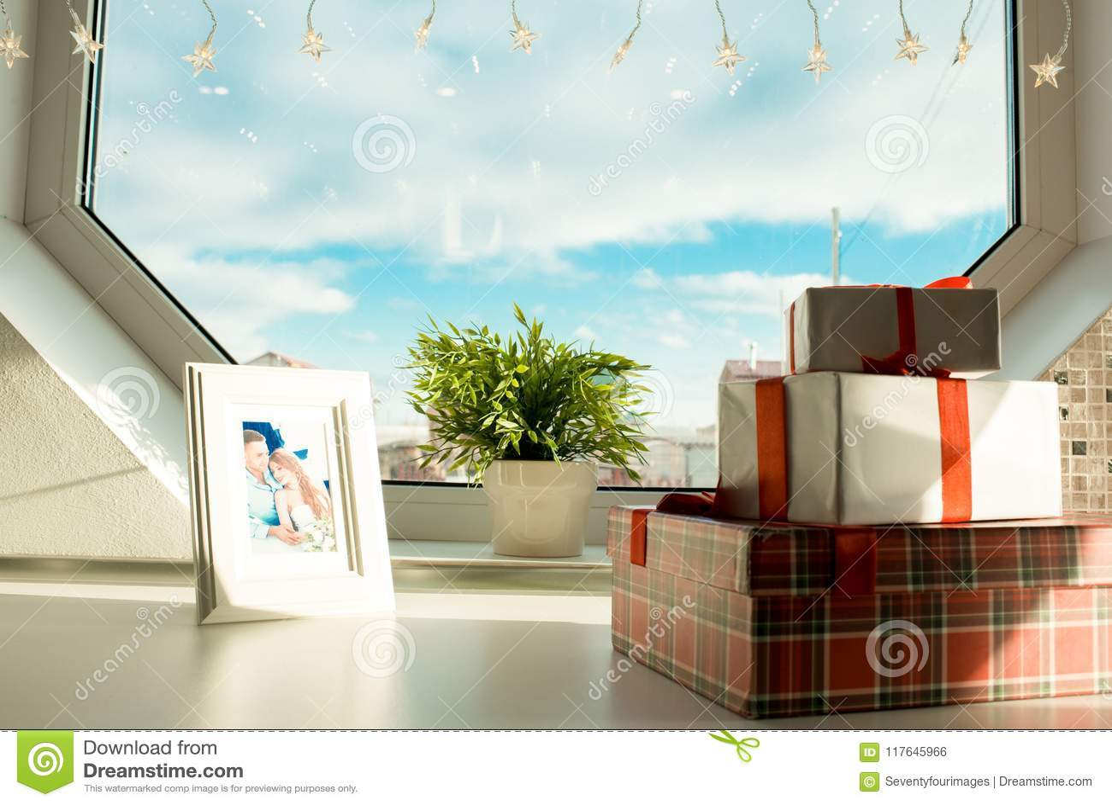 Cajas y marco de regalo con la foto de los pares