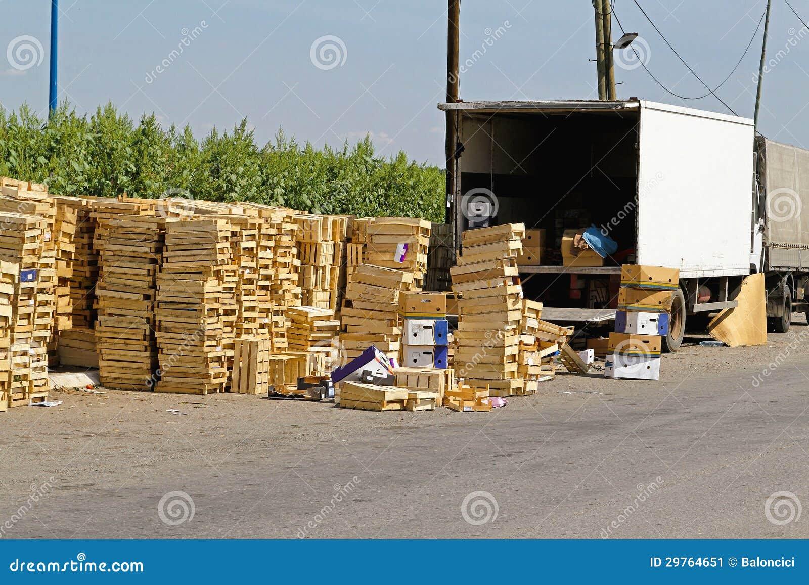 Cajones del transporte de las frutas imagen de archivo - Cajones de madera para frutas ...