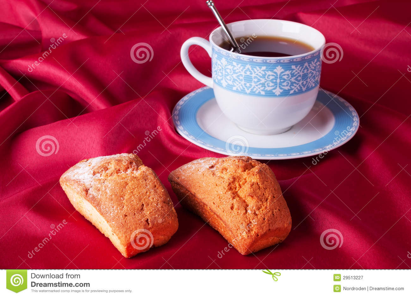 Cake en blauwe theekop