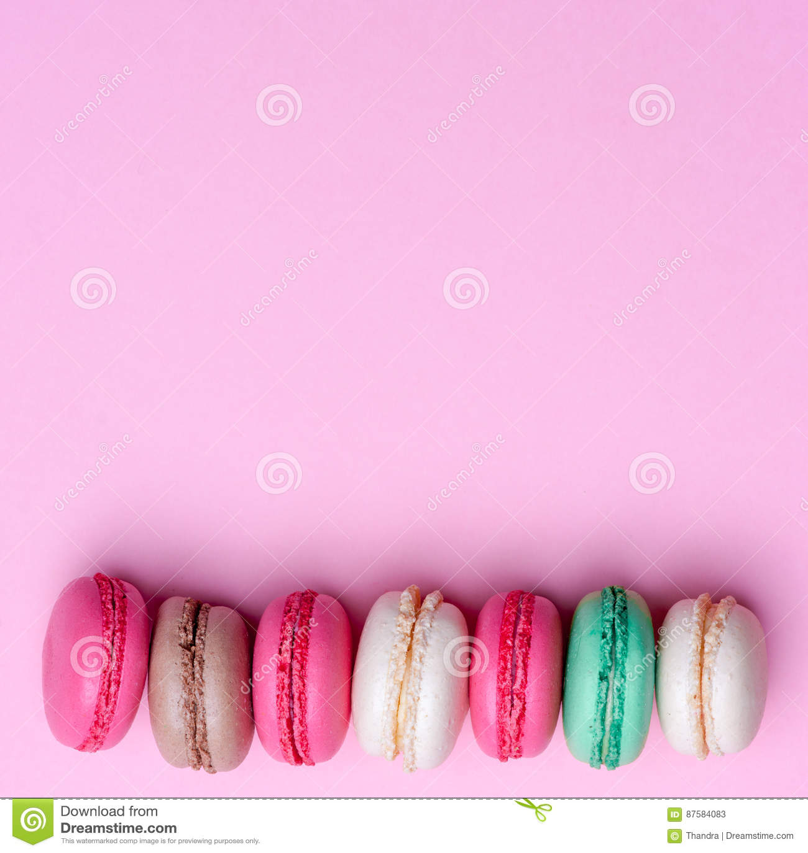 Cake macaron of makaron op turkooise achtergrond van hierboven, kleurrijke amandelkoekjes, pastelkleuren, uitstekende kaart, bove