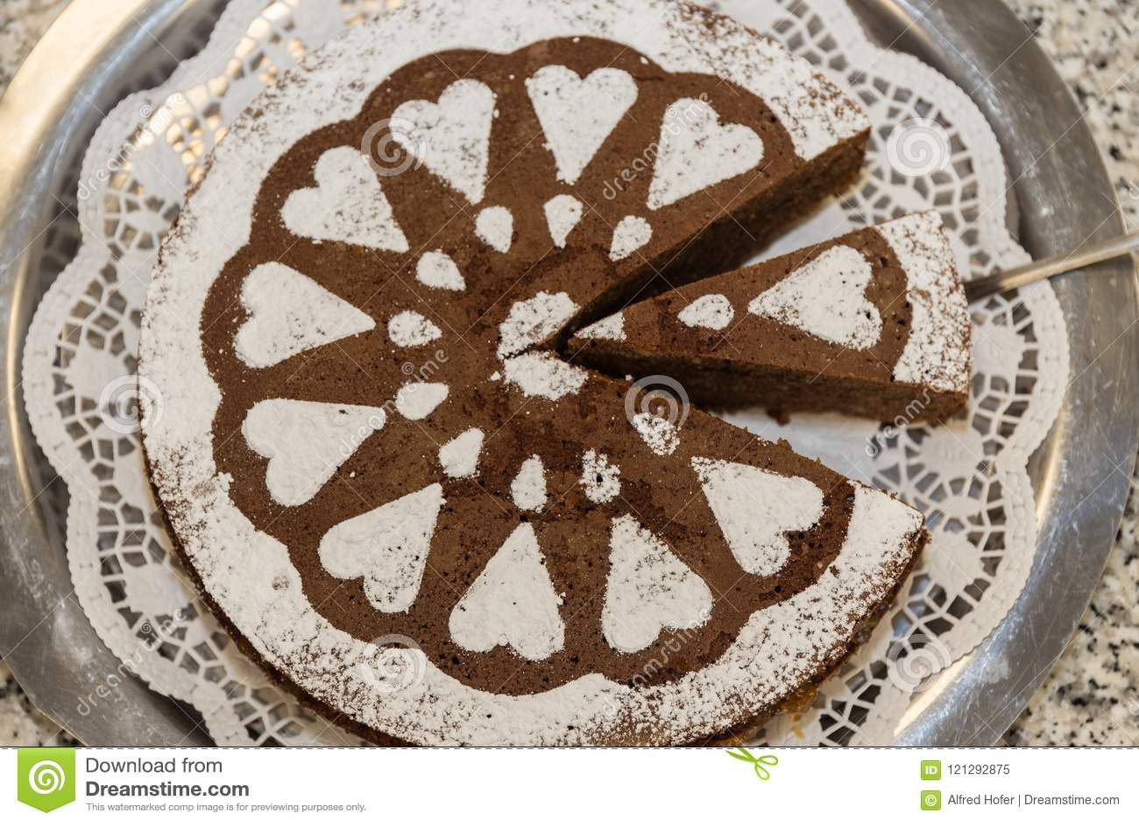 Cake met gezoete harten wordt verfraaid dat