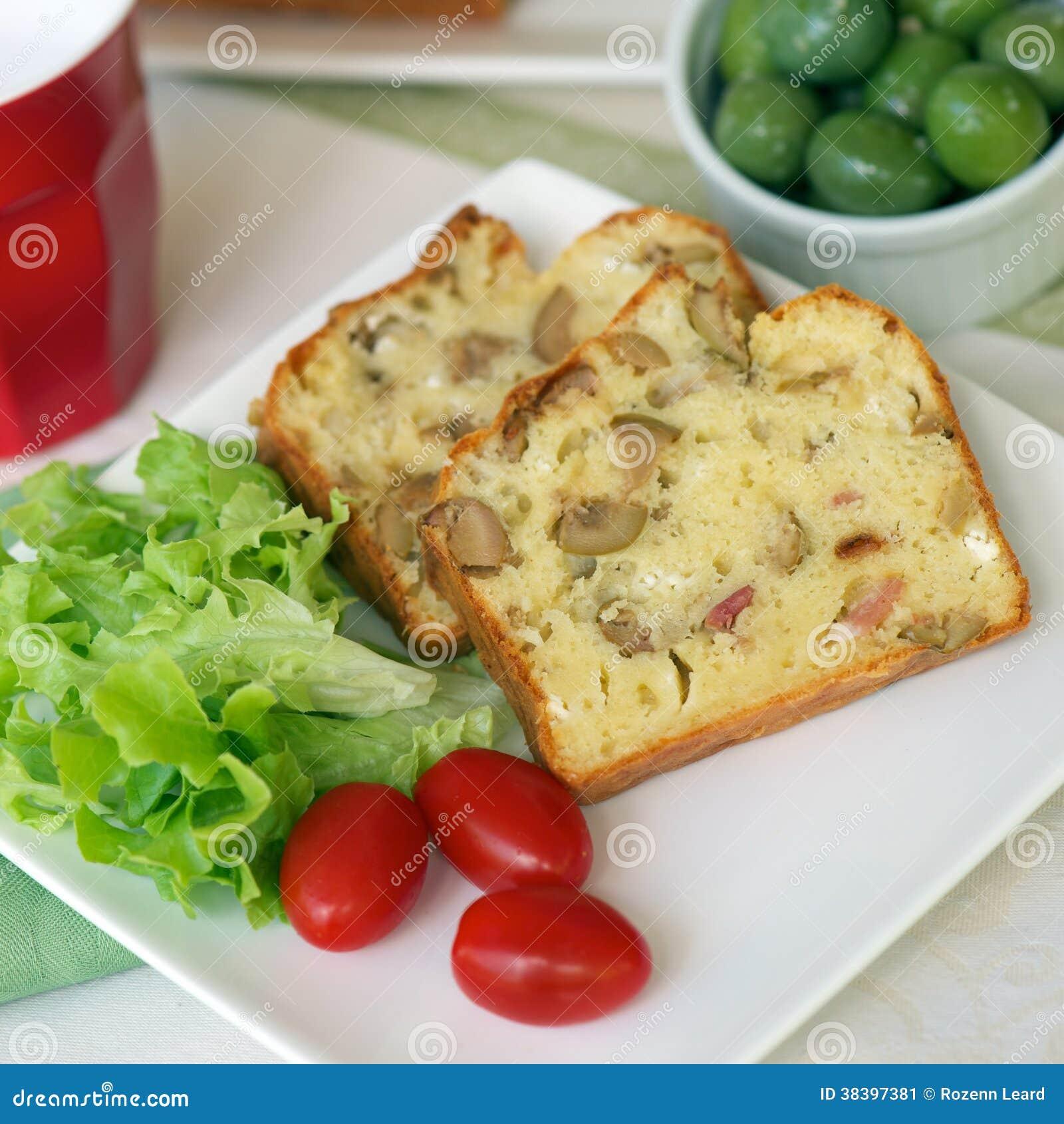 Cake met olijven en bacon