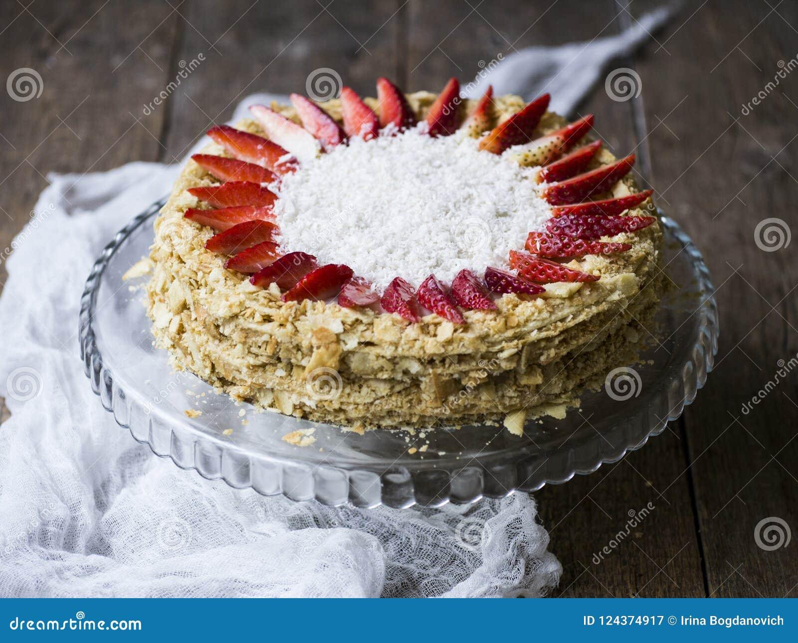 Cake Napoleon met aardbeien wordt verfraaid die