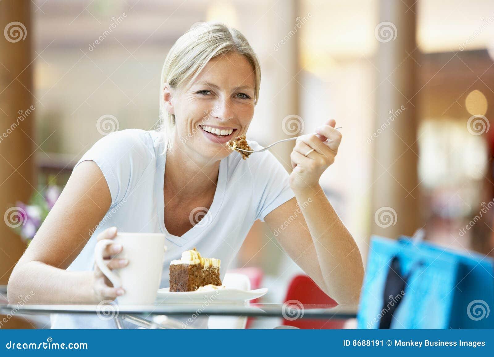 Cake som äter galleriastyckkvinnan
