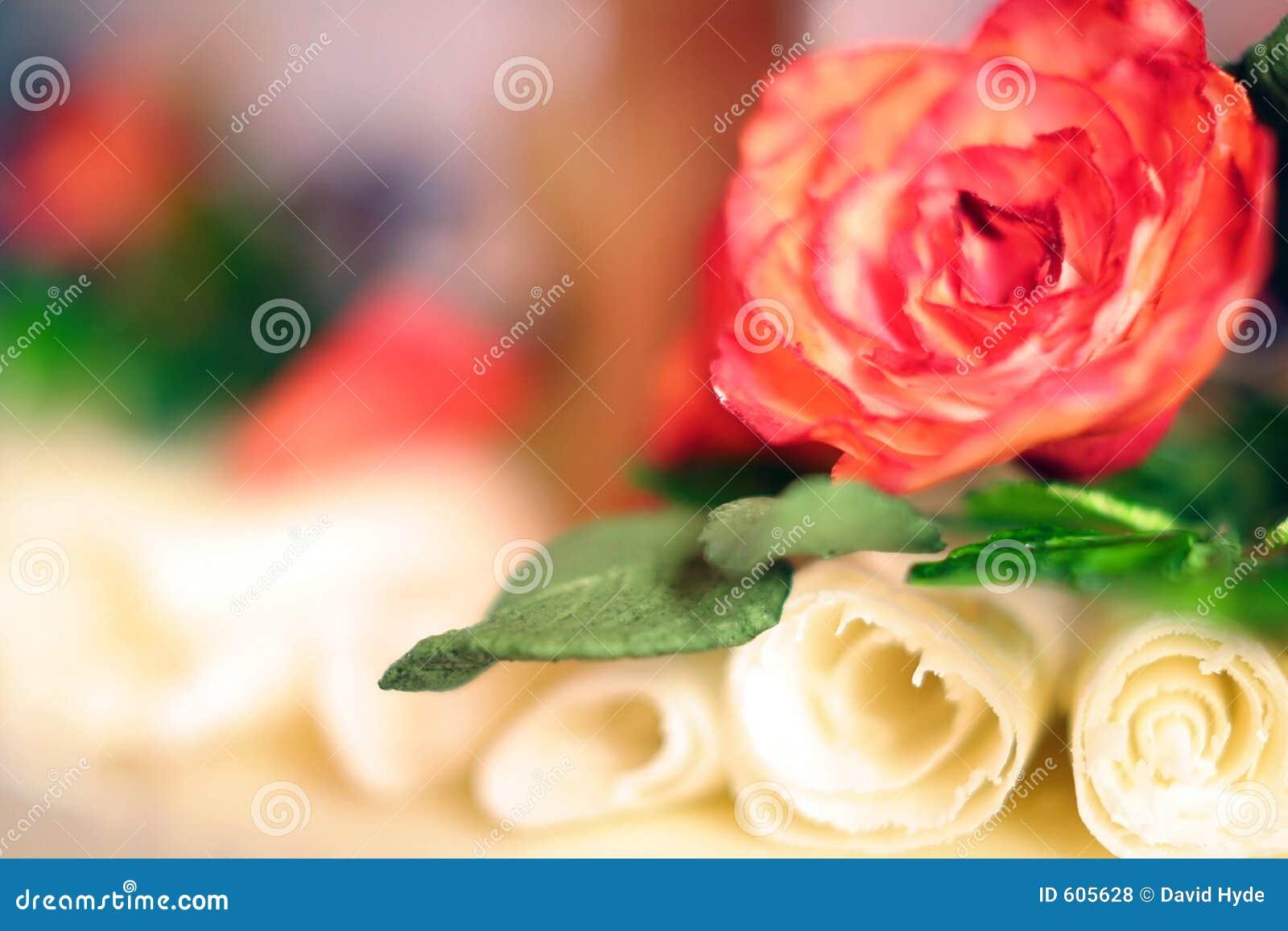 Cake van het huwelijk met witte chocolade nam en spiralen toe