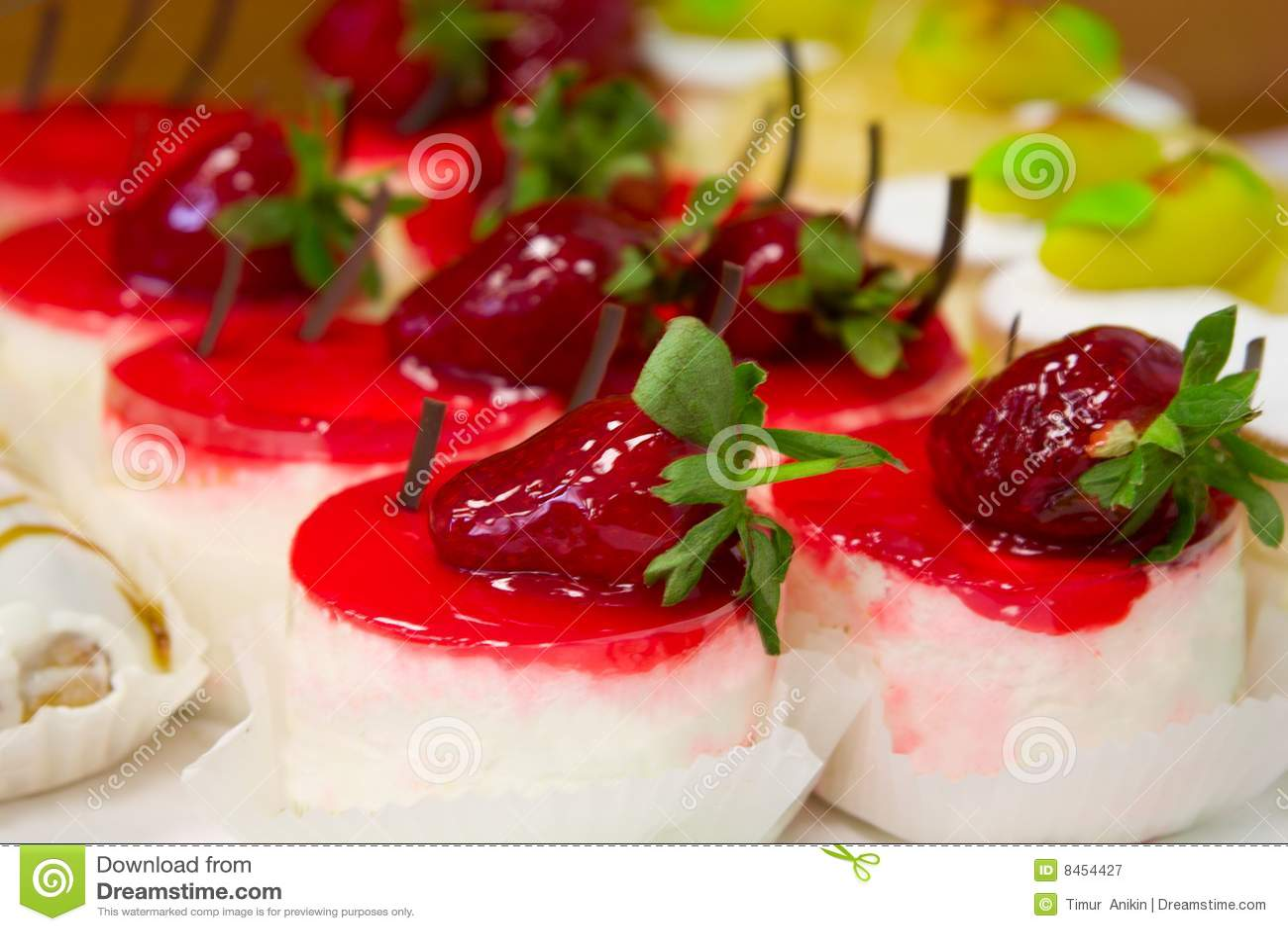 Cakes lagar mat med grädde strawberies sött under