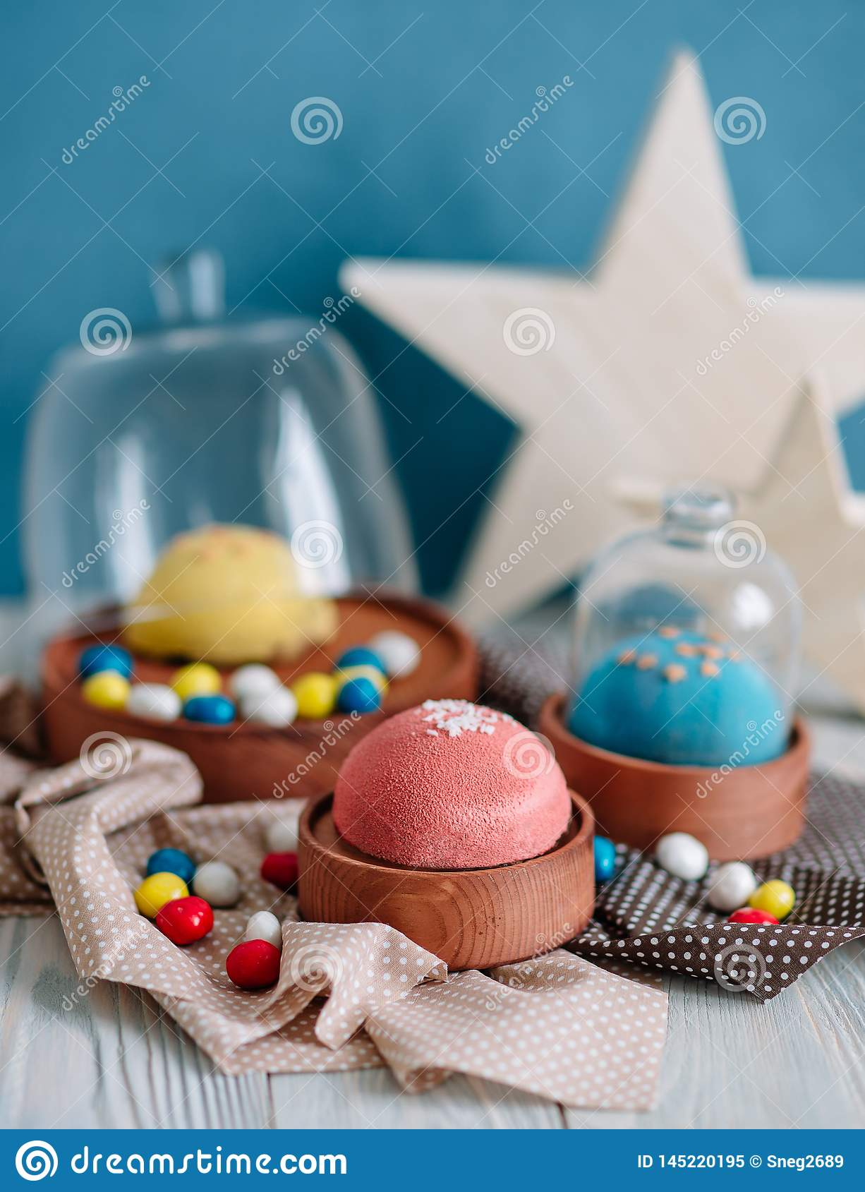 Cakes van verschillende kleuren in stilleven