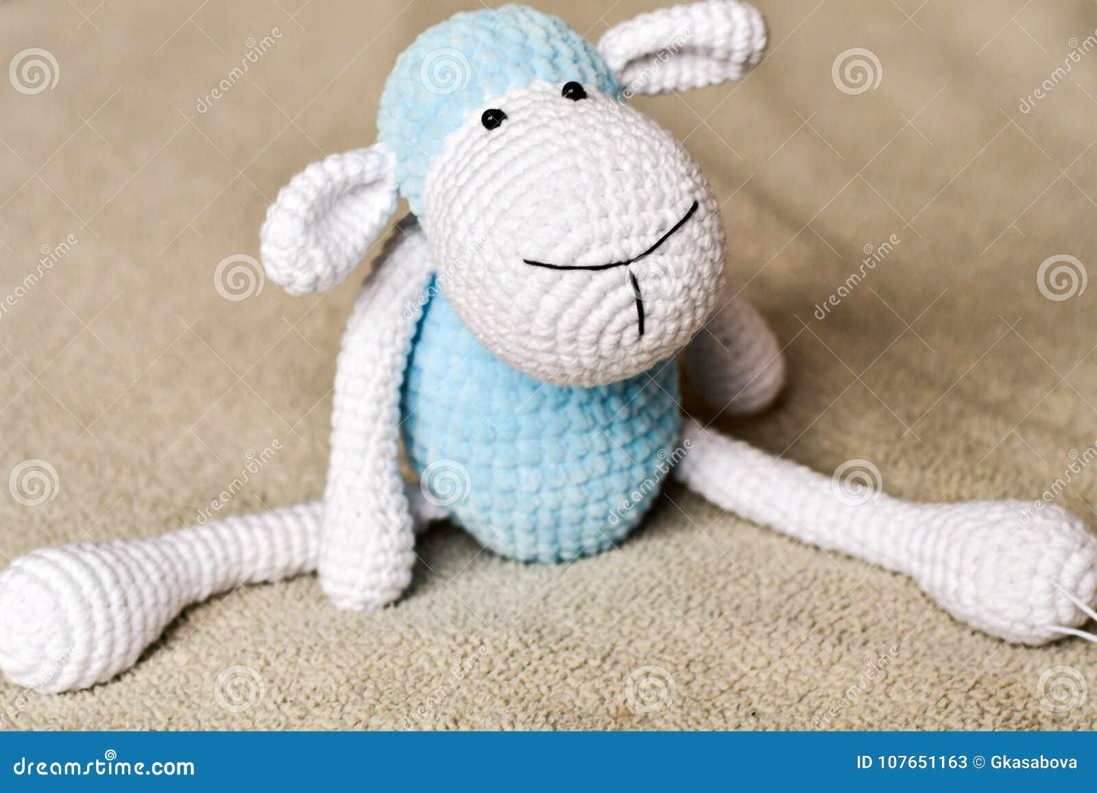 Cakiel zabawka przy łóżkiem