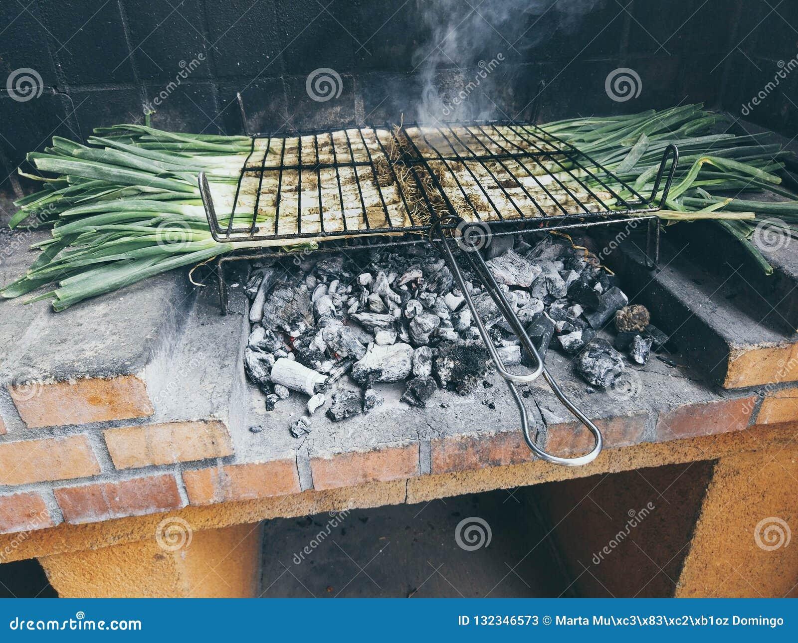 Calçots i grillfest Typisk catalan maträtt