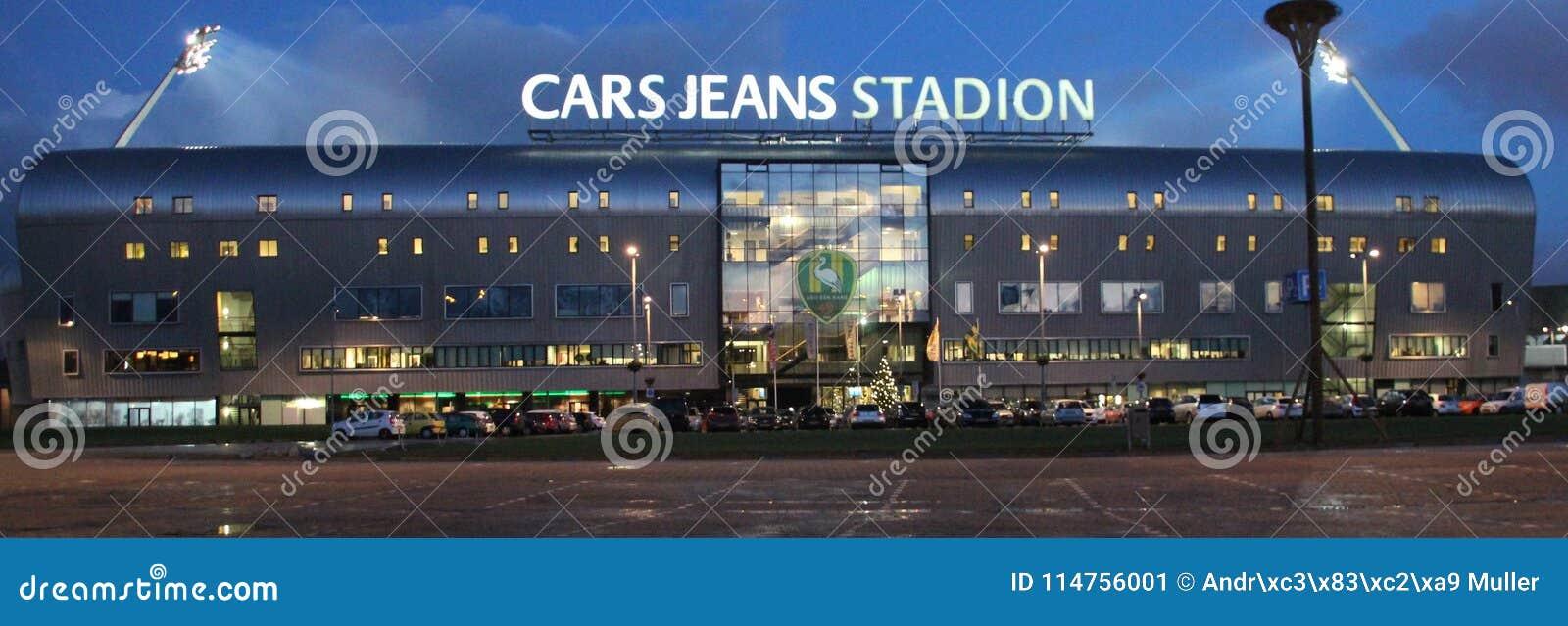 Calças de brim dos carros do estádio de futebol em Haia, casa da DEMORA Den Haag que joga no Eredivisie holandês com luzes sobre
