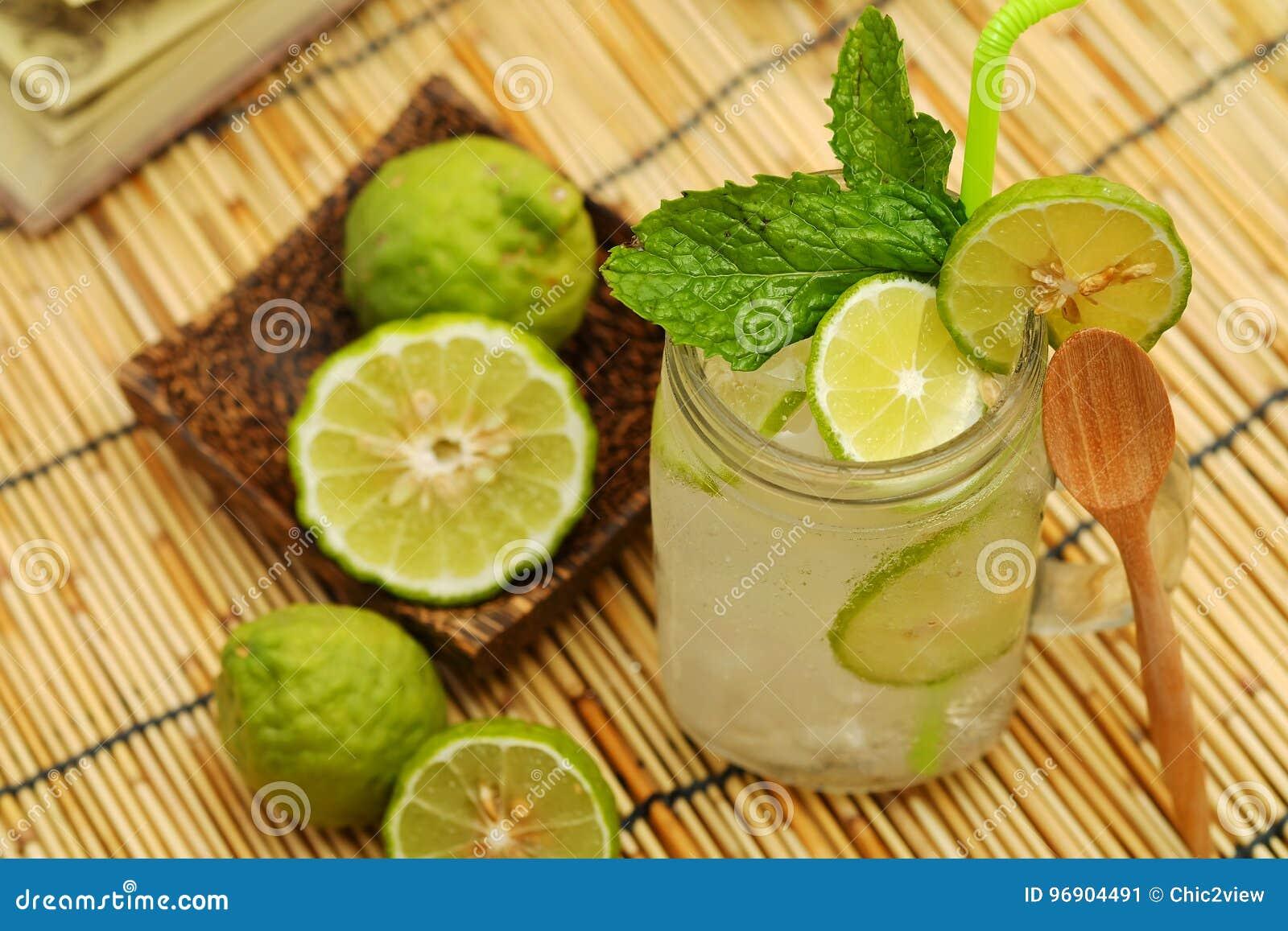 Cal do Kaffir assim, bebida fresca da soda da bergamota, erva da tradição de Tailândia para o tratamento da maré baixa ácida, com