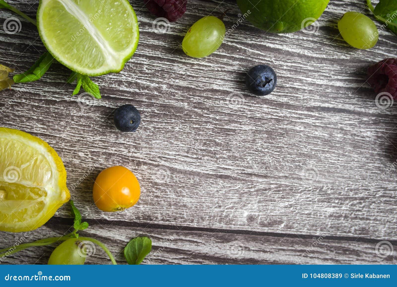 Cal Y Frutas En El Fondo De Madera Visión Superior Ningún Photoshop ...