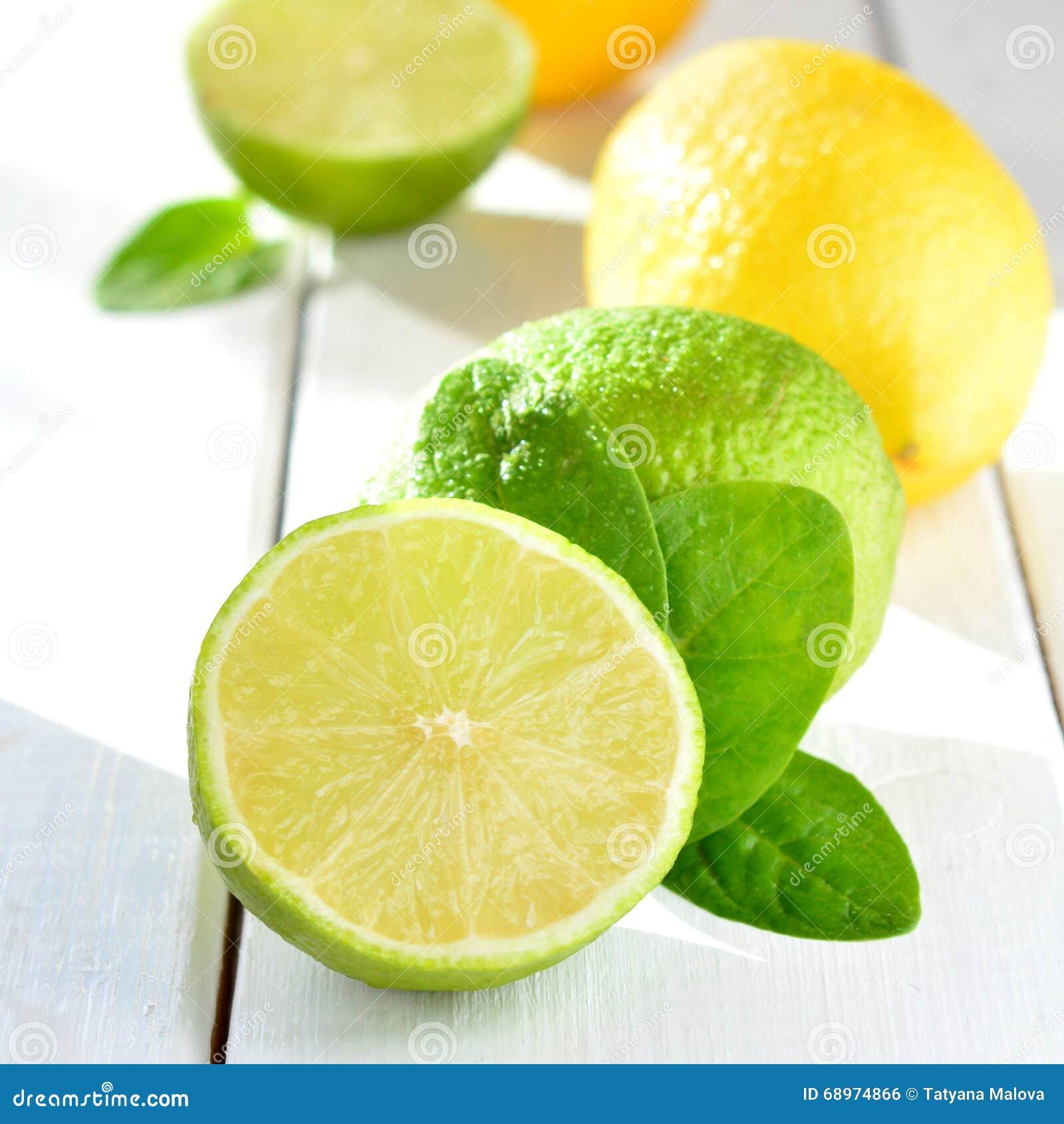 Cal y limón de la fruta cítrica en una tabla blanca