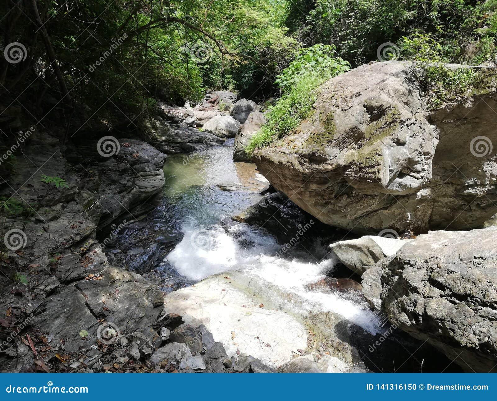 Cala de las caídas de Agbalala, en montañas de Mindoro
