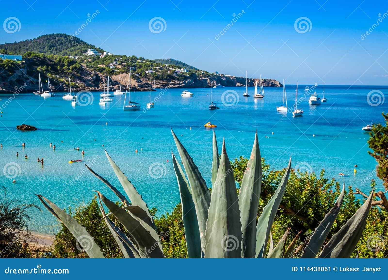 Cala Tarida en la playa San Jose de Ibiza en Balearic Island