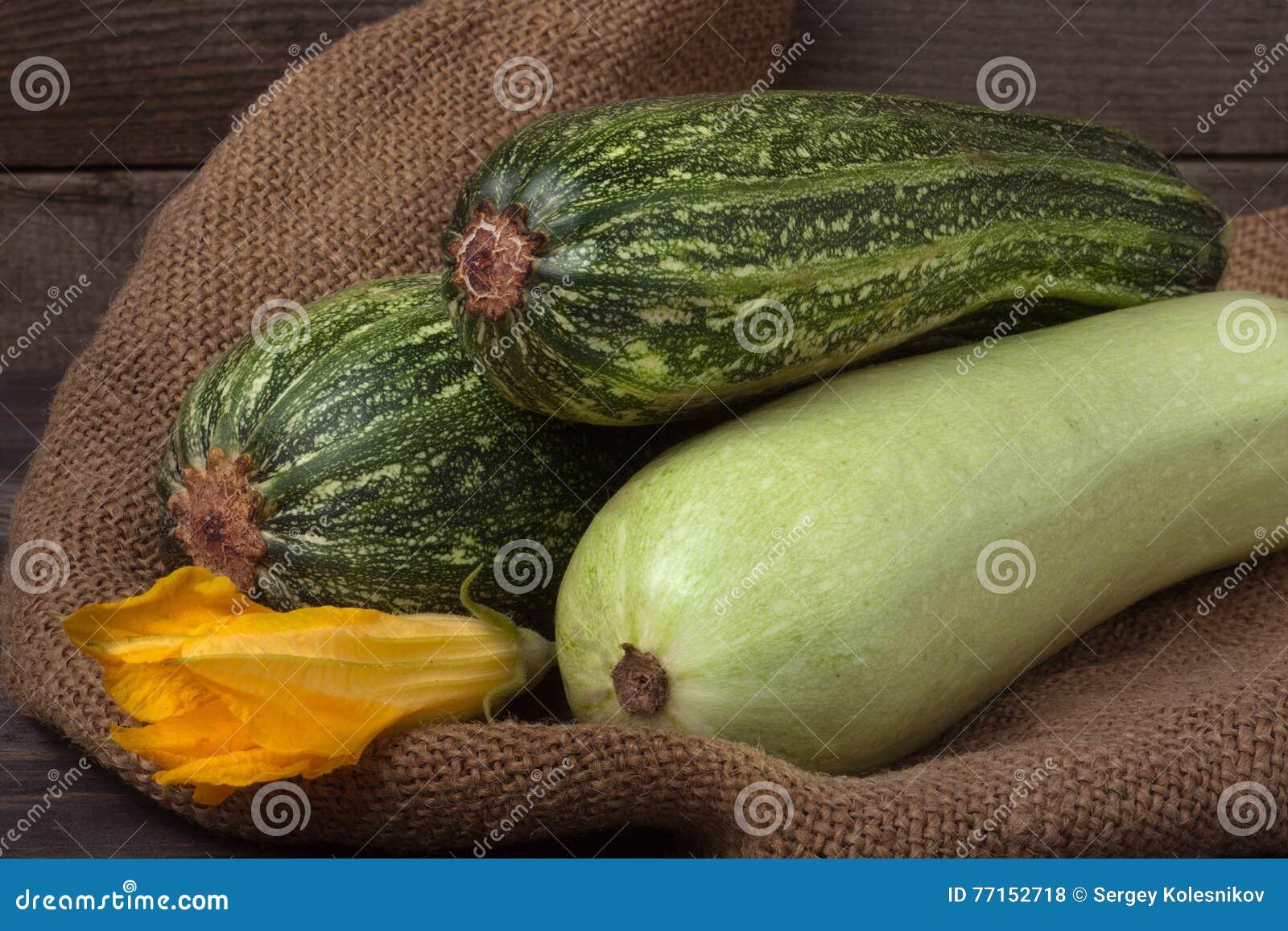 Calabacín y calabacín en harpillera con la flor