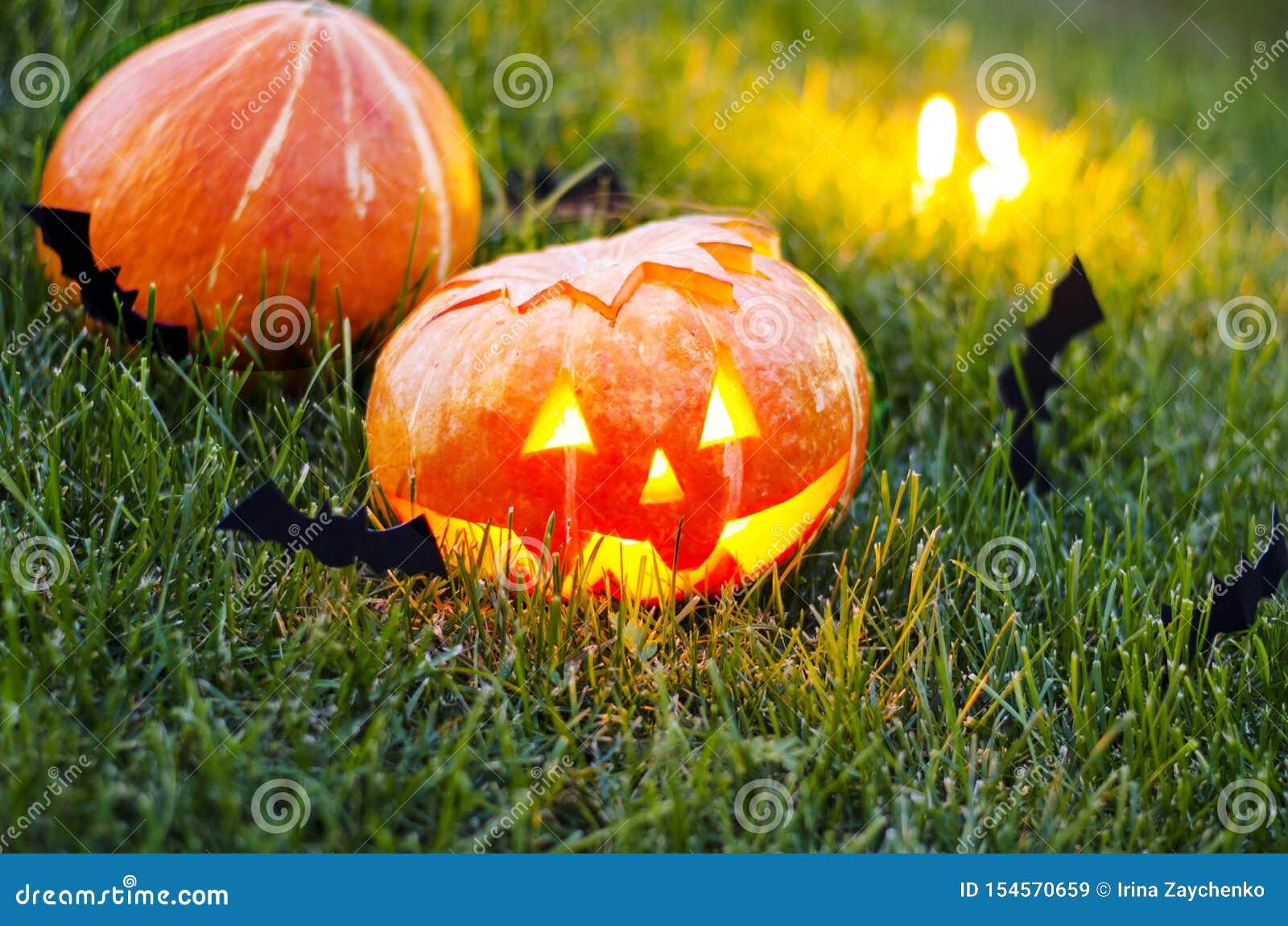 Calabaza de Halloween en la hierba en la noche