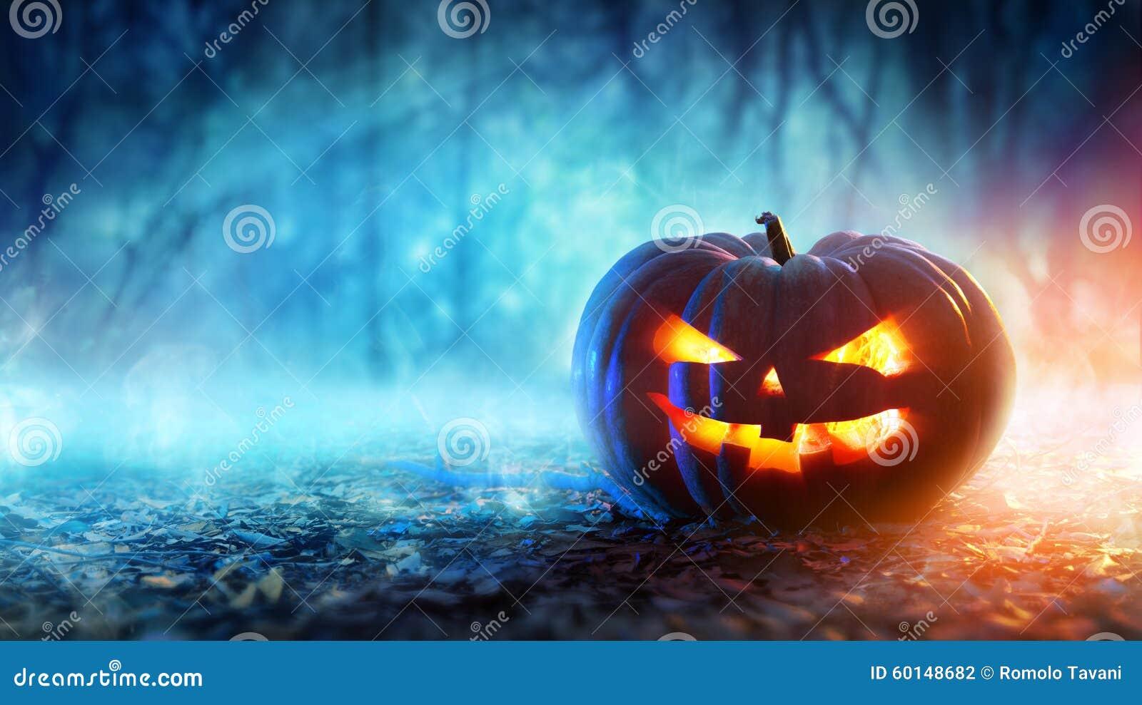 Calabaza de Halloween en un bosque místico