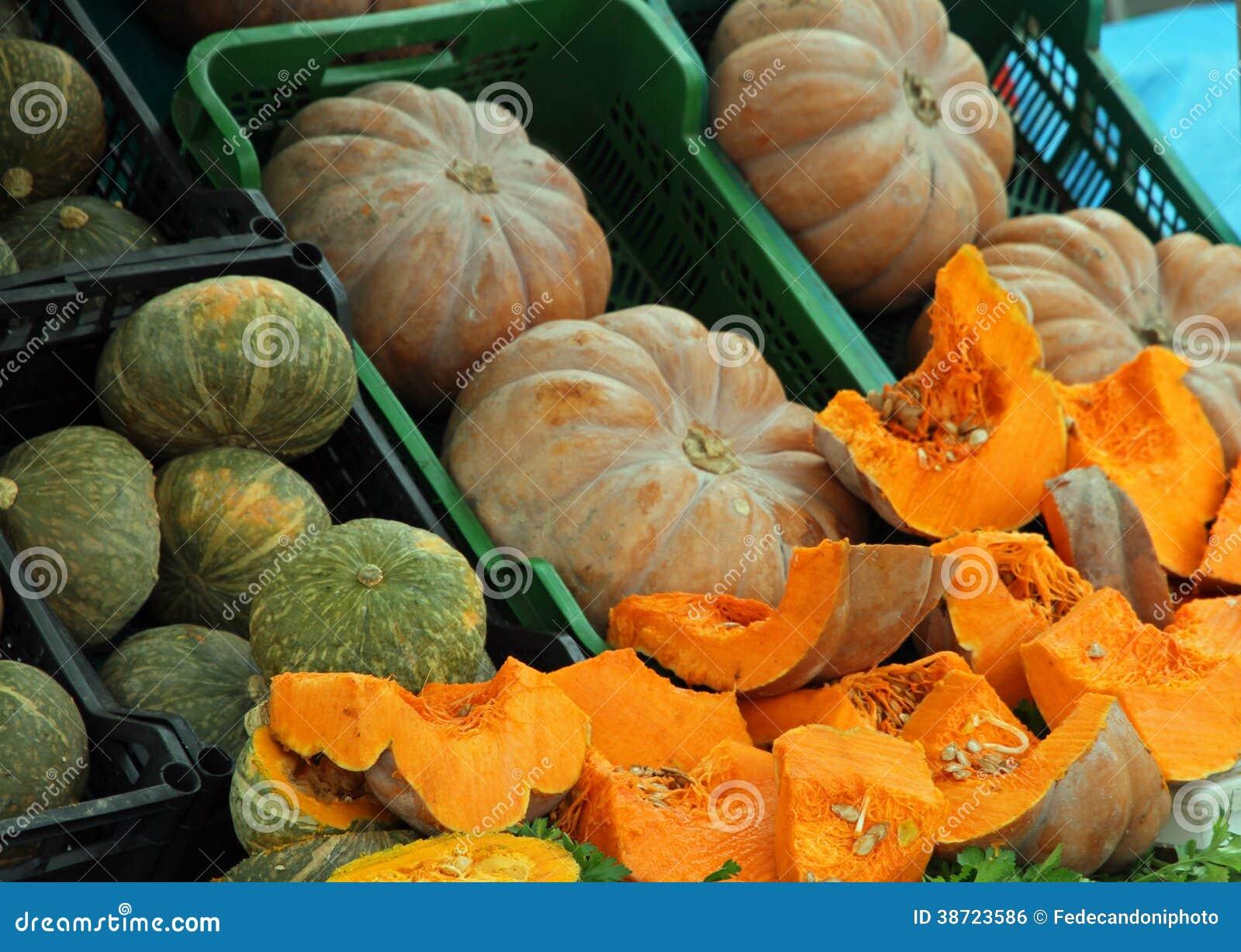 CALABAZAS anaranjadas vendidas en las paradas