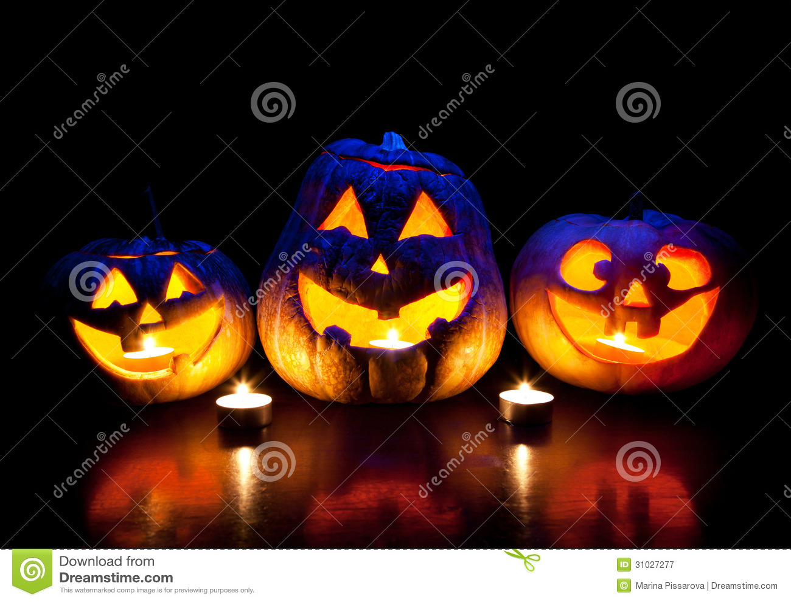 Calabazas de Halloween que brillan intensamente dentro