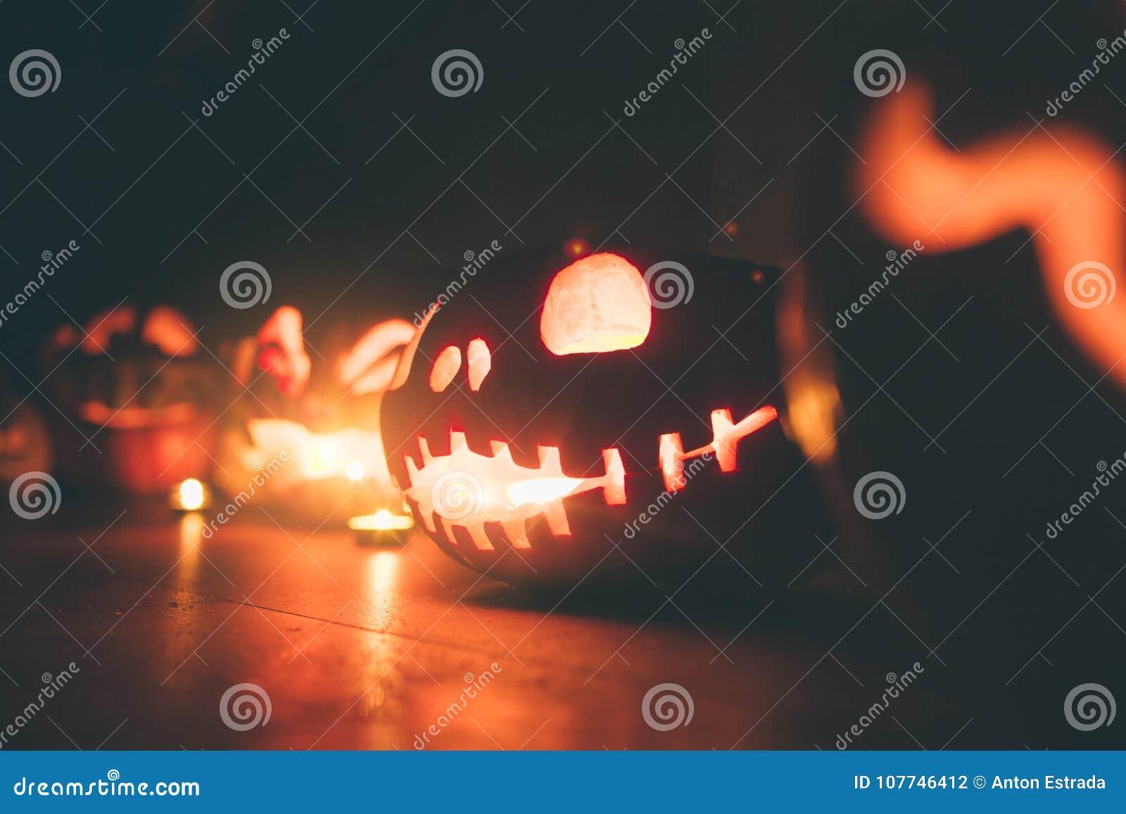 Calabazas del fantasma en Halloween ead Jack en fondo oscuro Decoraciones interiores del día de fiesta