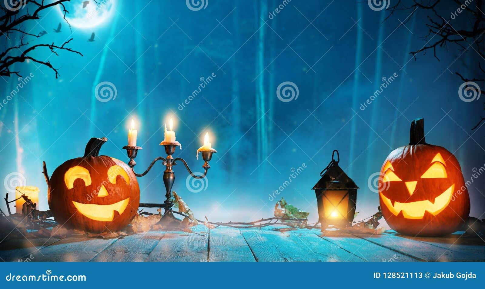 Calabazas fantasmagóricas de Halloween en bosque