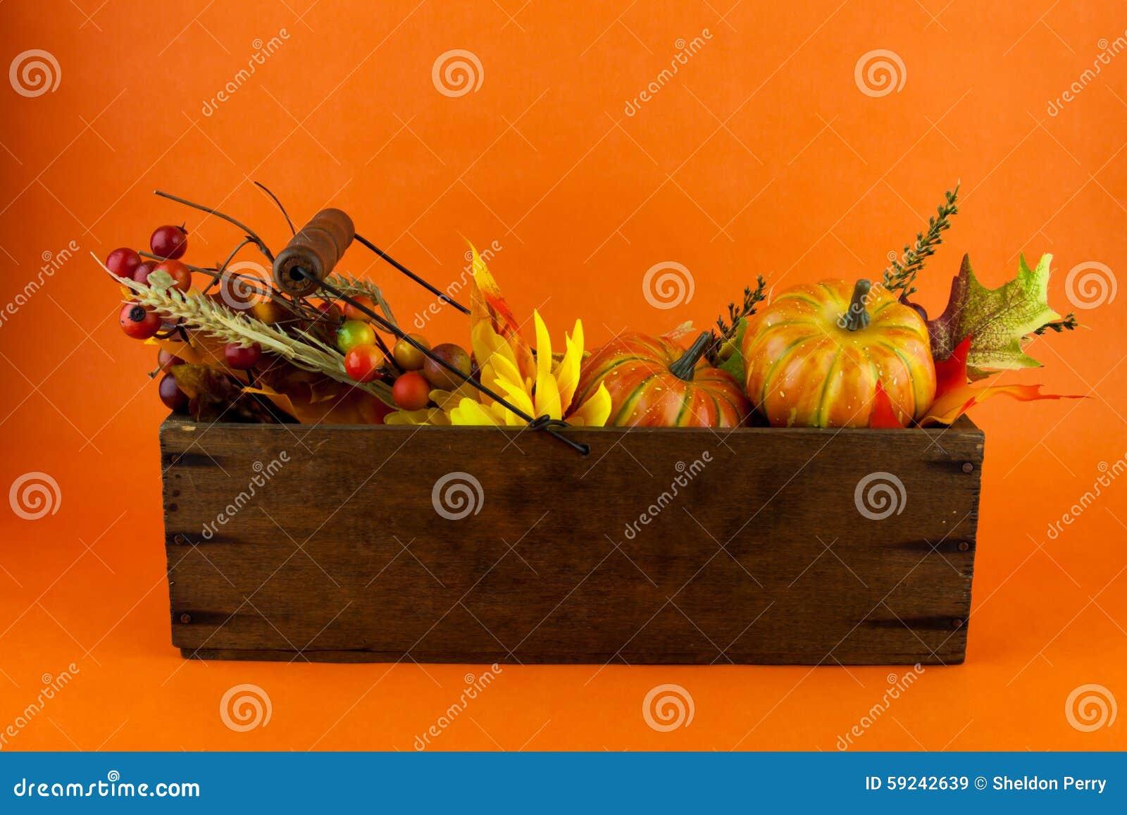 Calabazas y Autumn Leaves en una caja del queso