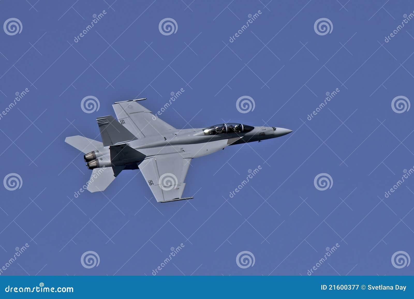 Calabrone eccellente del blu marino F-18 degli Stati Uniti durante il volo alla settimana del parco