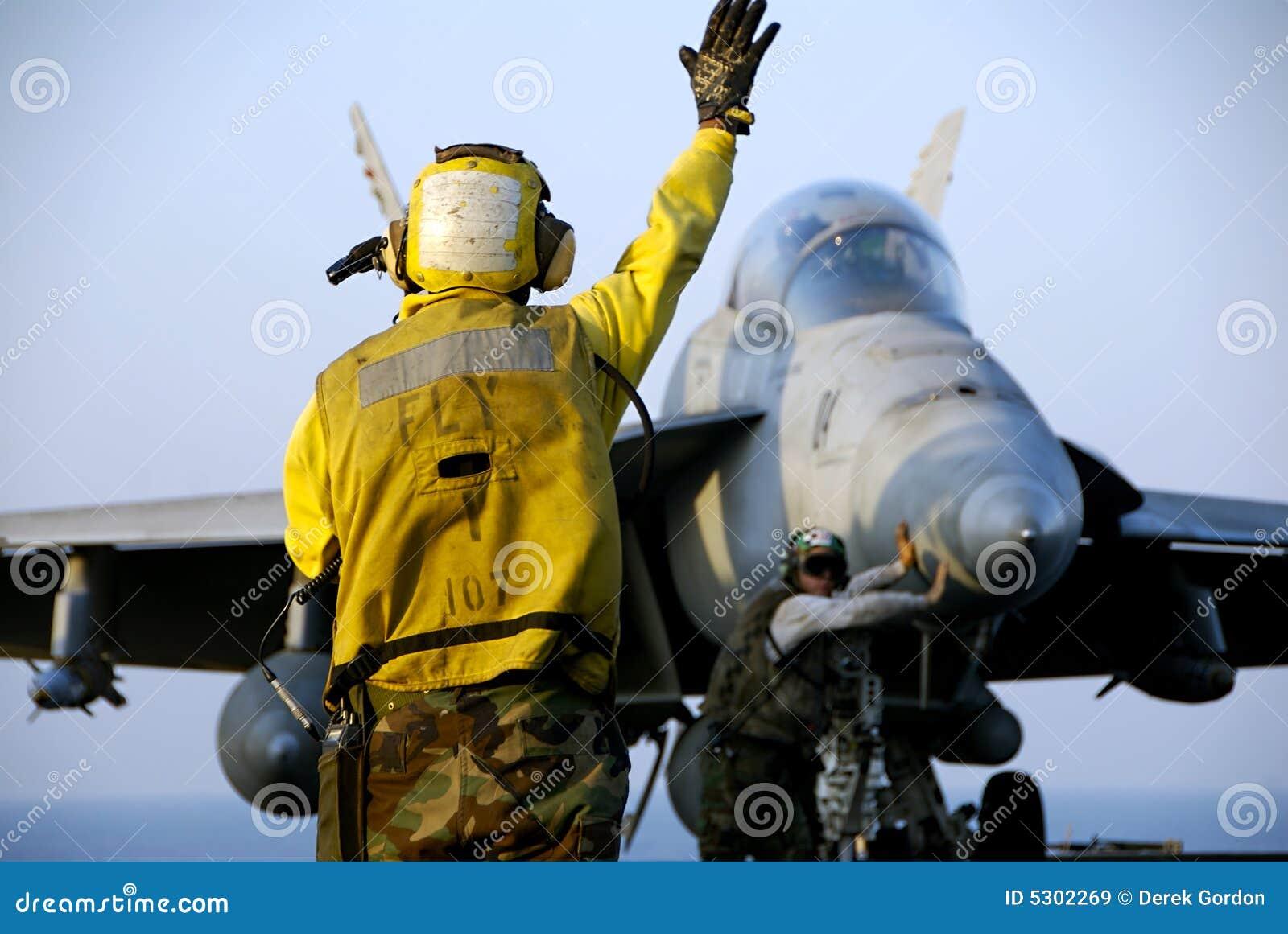 Download Calabrone F-18 e marinai immagine stock. Immagine di iraq - 5302269