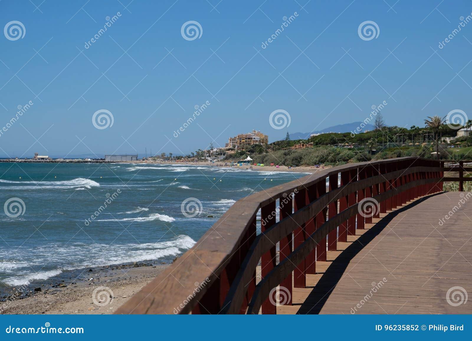 CALAHONDA, ANDALUCIA/SPAIN - 7月2日:Calahonda的COS木板走道