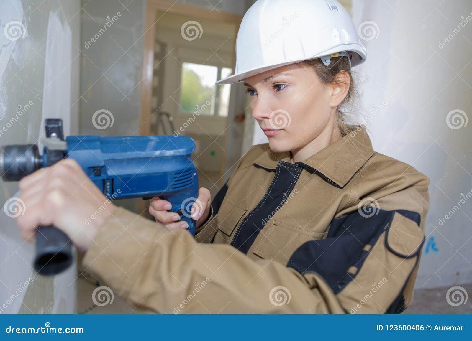 Calcestruzzo femminile di perforazione del muratore wal