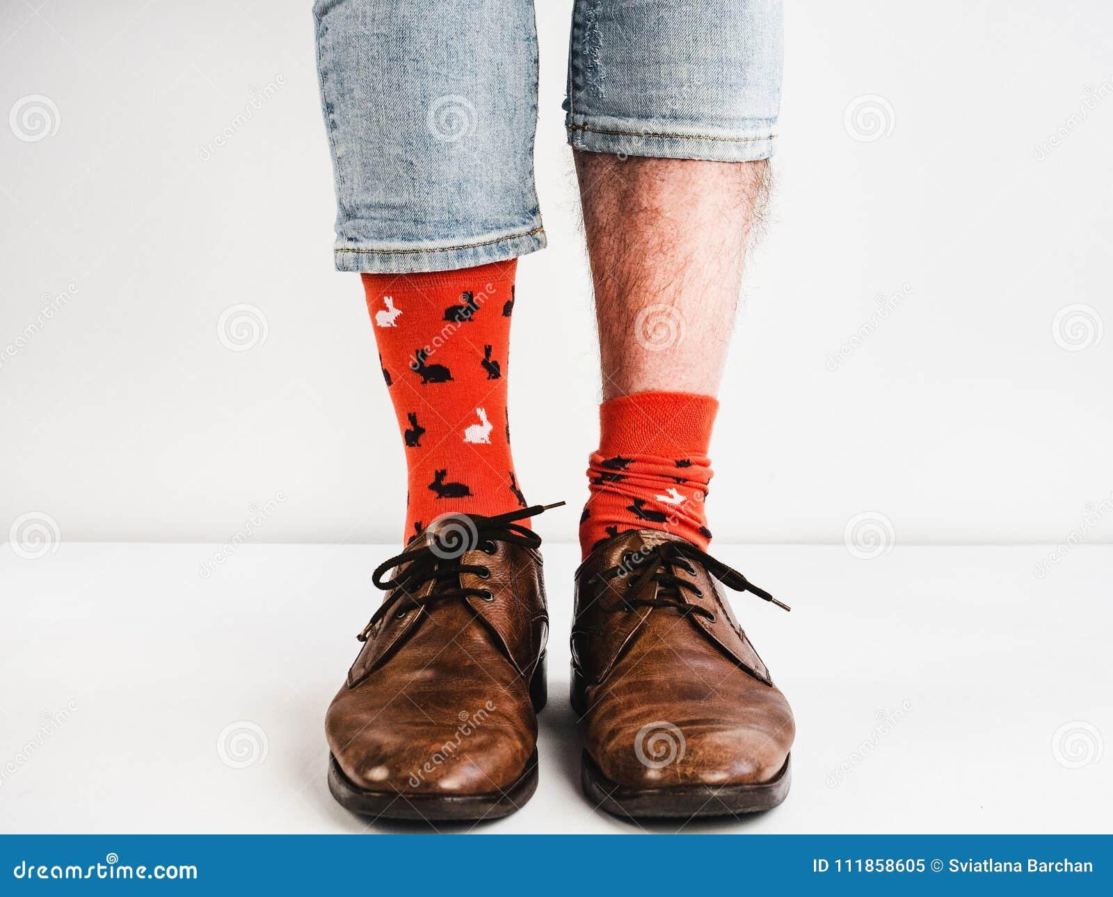 en belleza estilo pies fondo blanco hombre y marrones para divertidos Moda brillantes un zapatos Calcetines vintage wZzazx