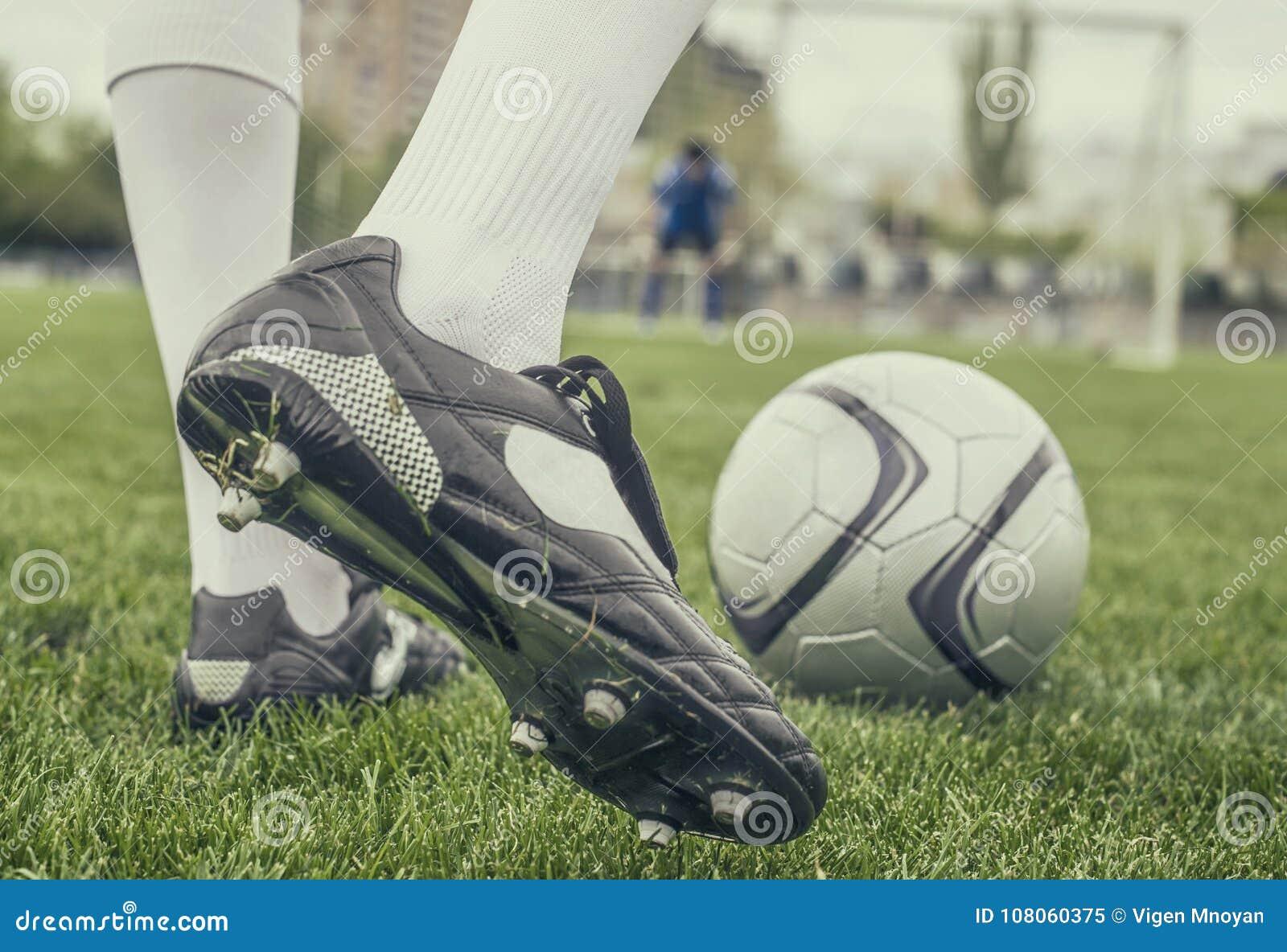 Calciatore in stivali allo stadio di football americano
