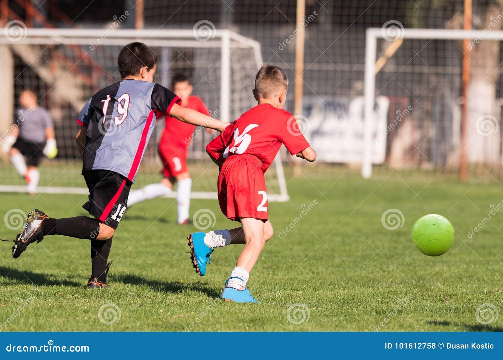 Tappeti Per Bambini Campo Da Calcio : Calcio di calcio dei bambini i giocatori dei bambini abbinano
