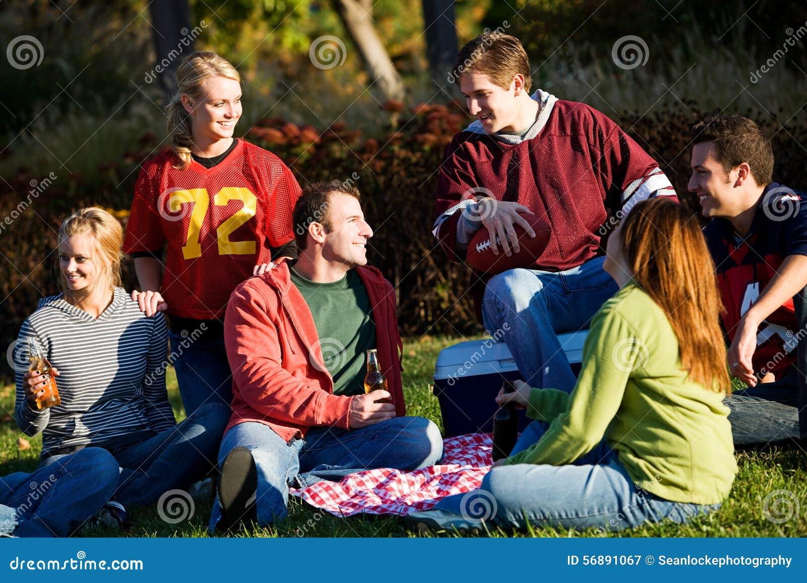 Calcio: Gruppo di amici che hanno picnic in parco
