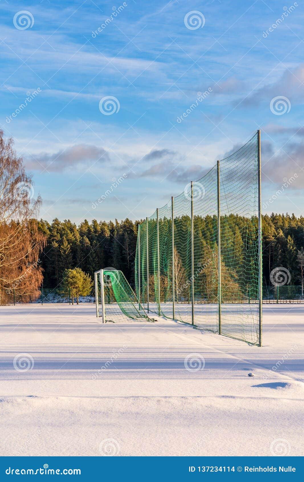 Calcio vuoto ( Soccer) Campo nell inverno coperto parzialmente in neve - Sunny Winter Day