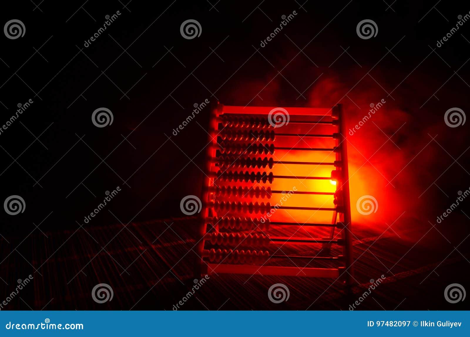 Calcolatore cinese con le perle variopinte sul fondo arancio di buio del fumo del fuoco Foto dell affare, bambino, istruzione, te