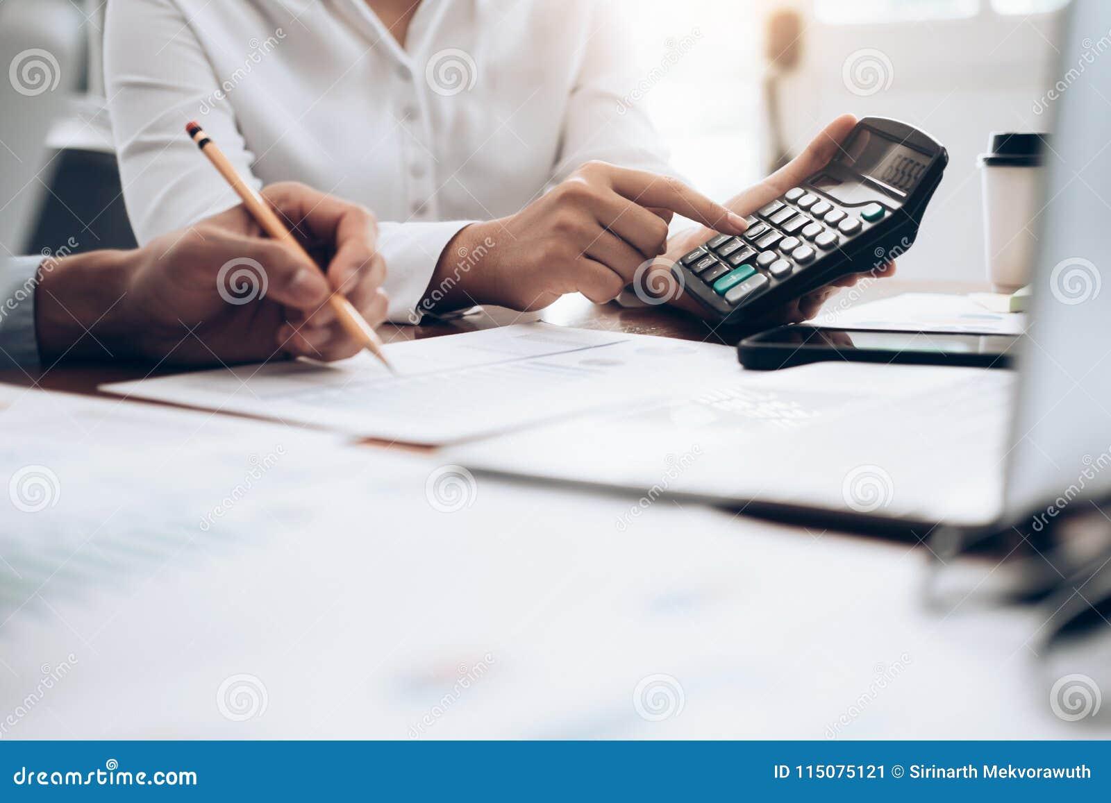Calcolatore femminile di uso del banchiere o del ragioniere