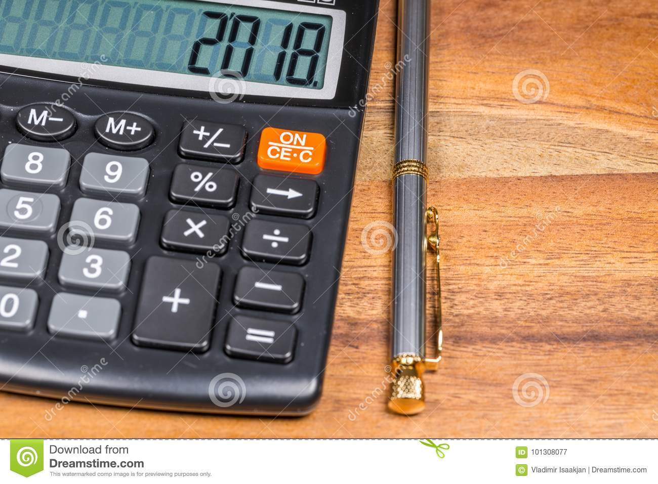 Calculadora con 2018 número y bolígrafo Pen Branch On Wooden Table Cierre para arriba