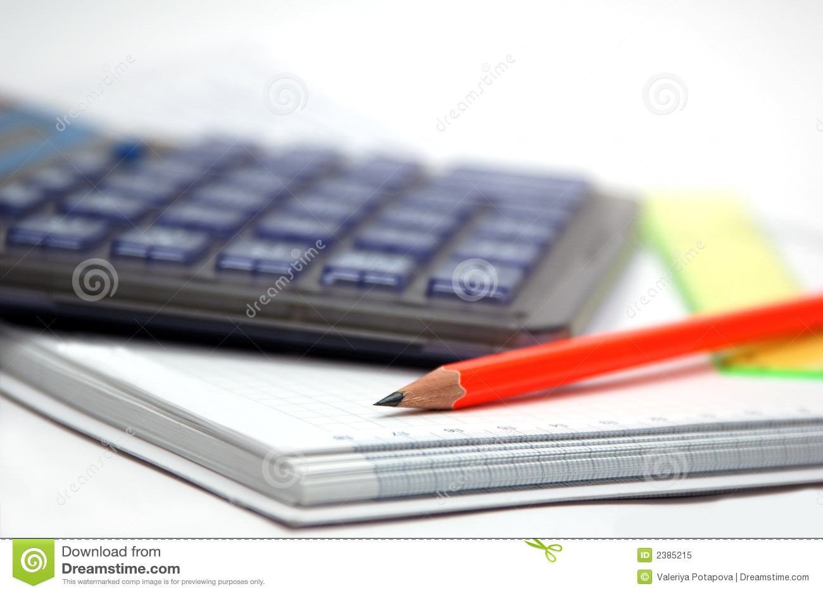 Calculadora e lápis alaranjado