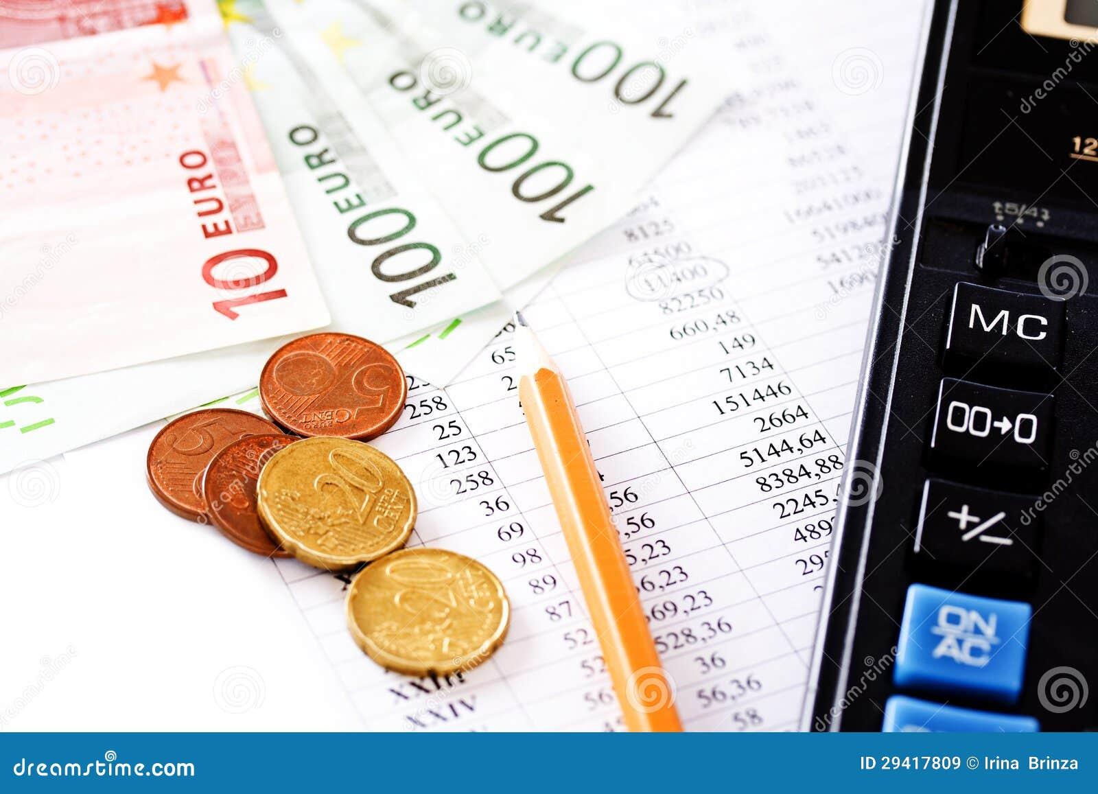 Calculadora, monedas y cientos cuentas del euro